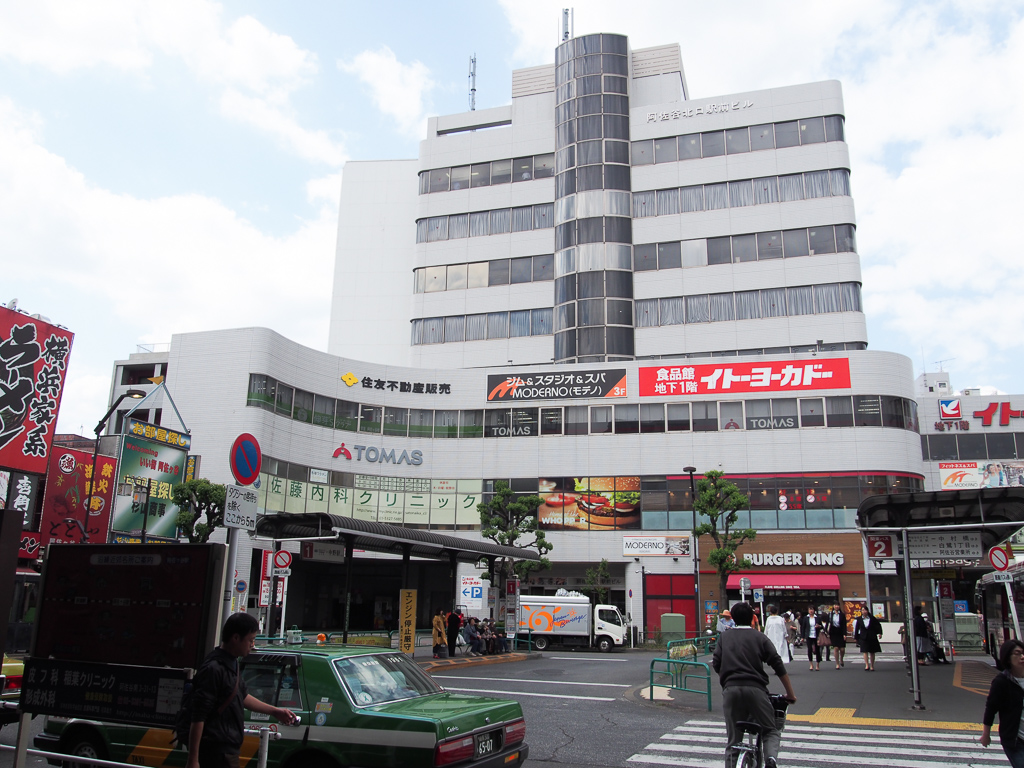 JR阿佐ヶ谷駅北口。右手には24時間営業のSEIYUも。