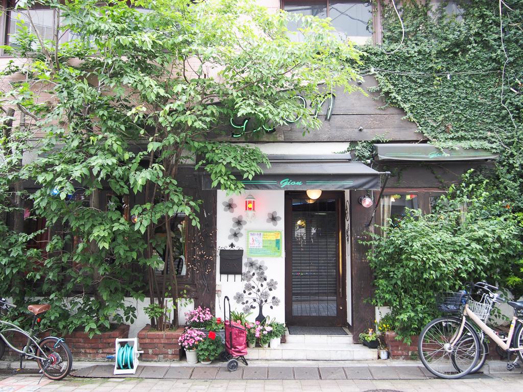 なんと夜中の2時までやってる駅前の有名な喫茶店。ナポリタンが美味しいし雰囲気が最高!