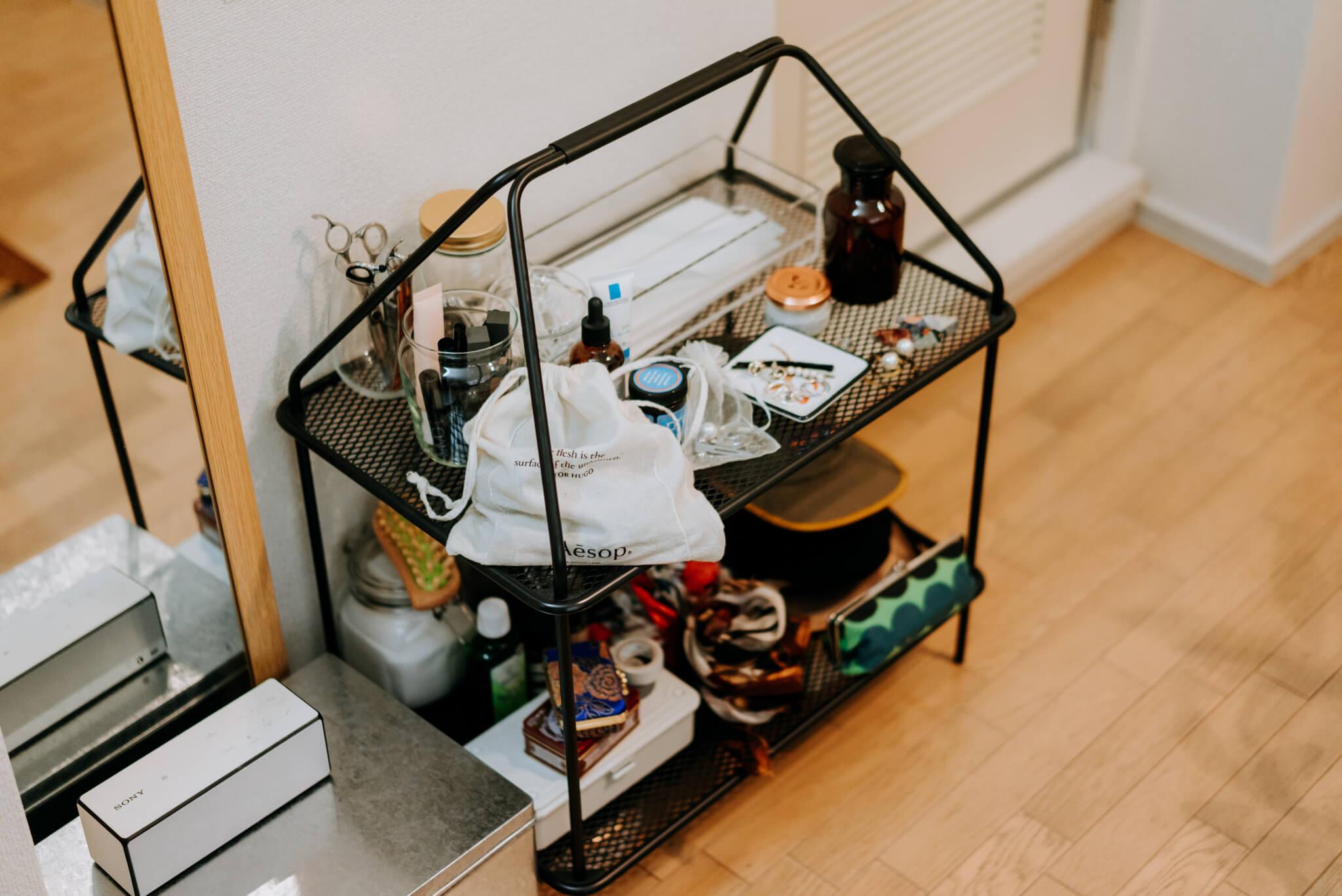 IKEAとHAYのコラボレーション、YPPERLIG(イッペルリグ)シリーズのマガジンラック。細々としたものを収納する棚にぴったり。(このお部屋はこちら)