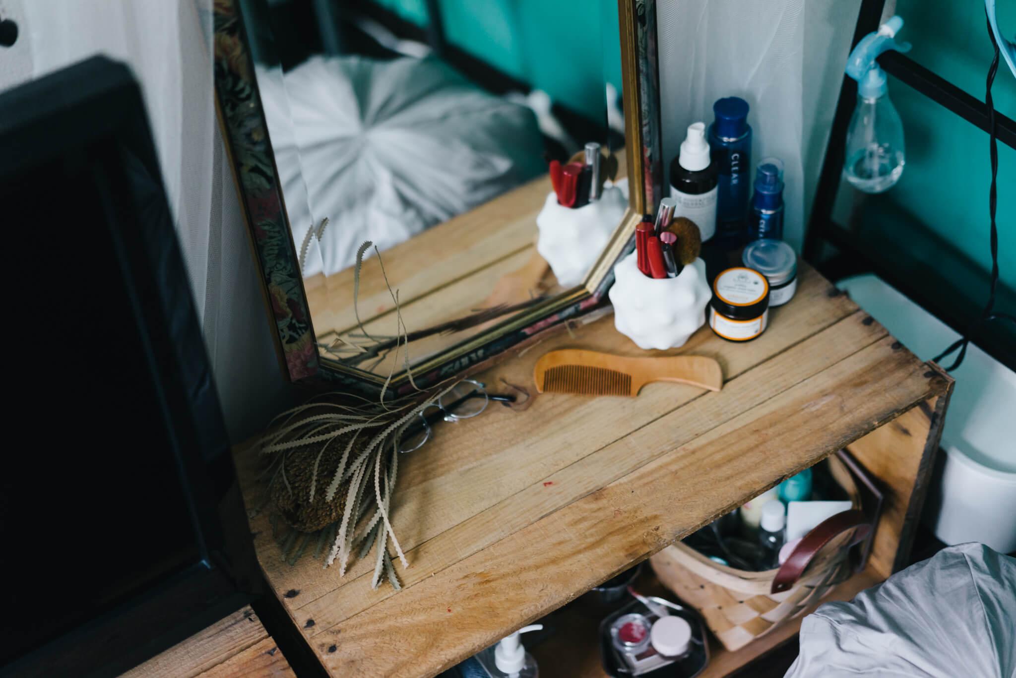 上に鏡を置き、ドレッサーがわりに使われていたのは、木のりんご箱。