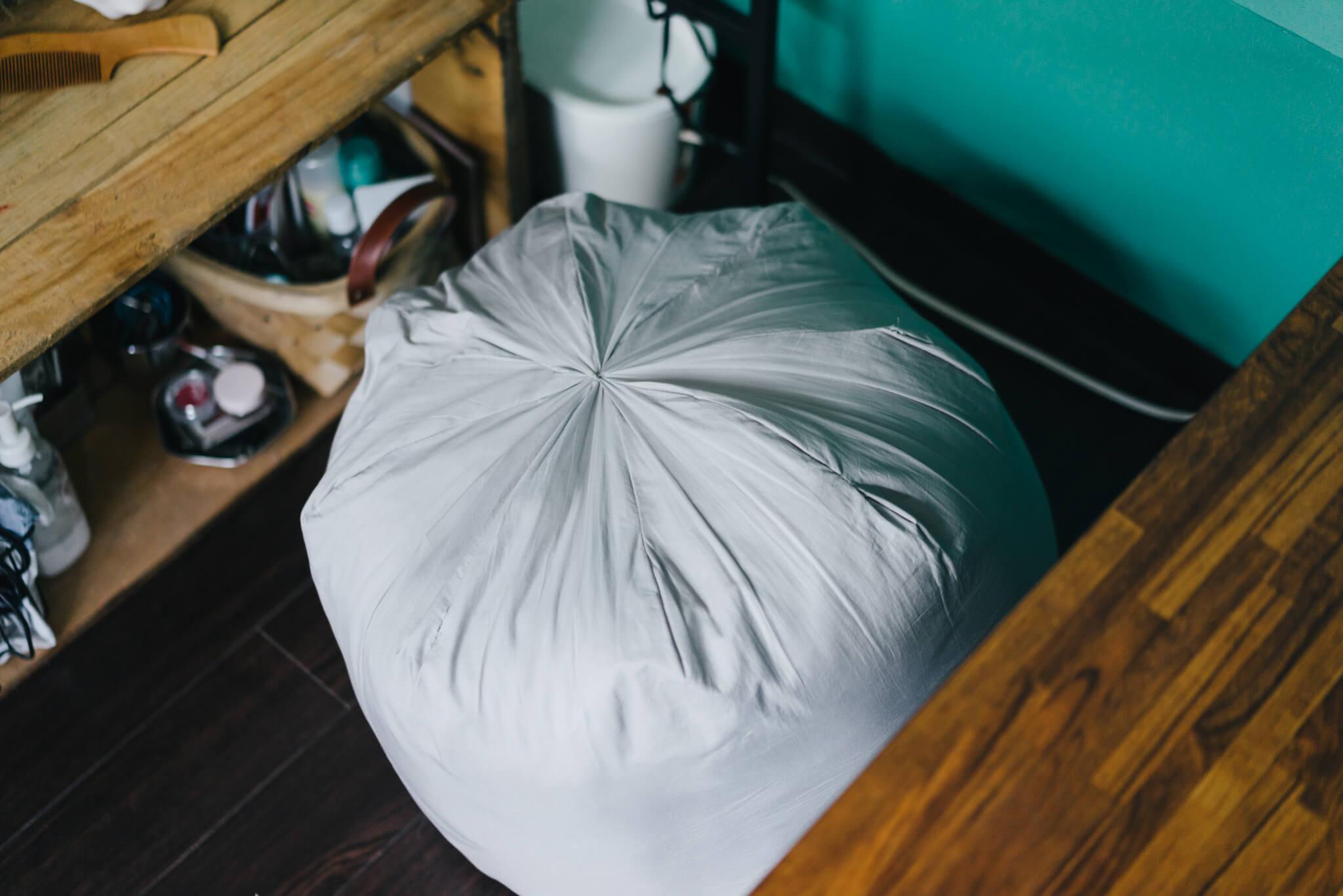 手作りの大きめクッション、プフの中身は実は冬用の毛布。なんとも実用的なのに可愛く仕上がっているのが素敵。(このお部屋はこちら)