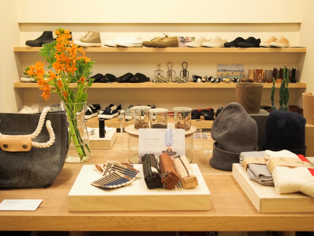 店内の中央には、選りすぐりの雑貨がずらりと並んでいる。