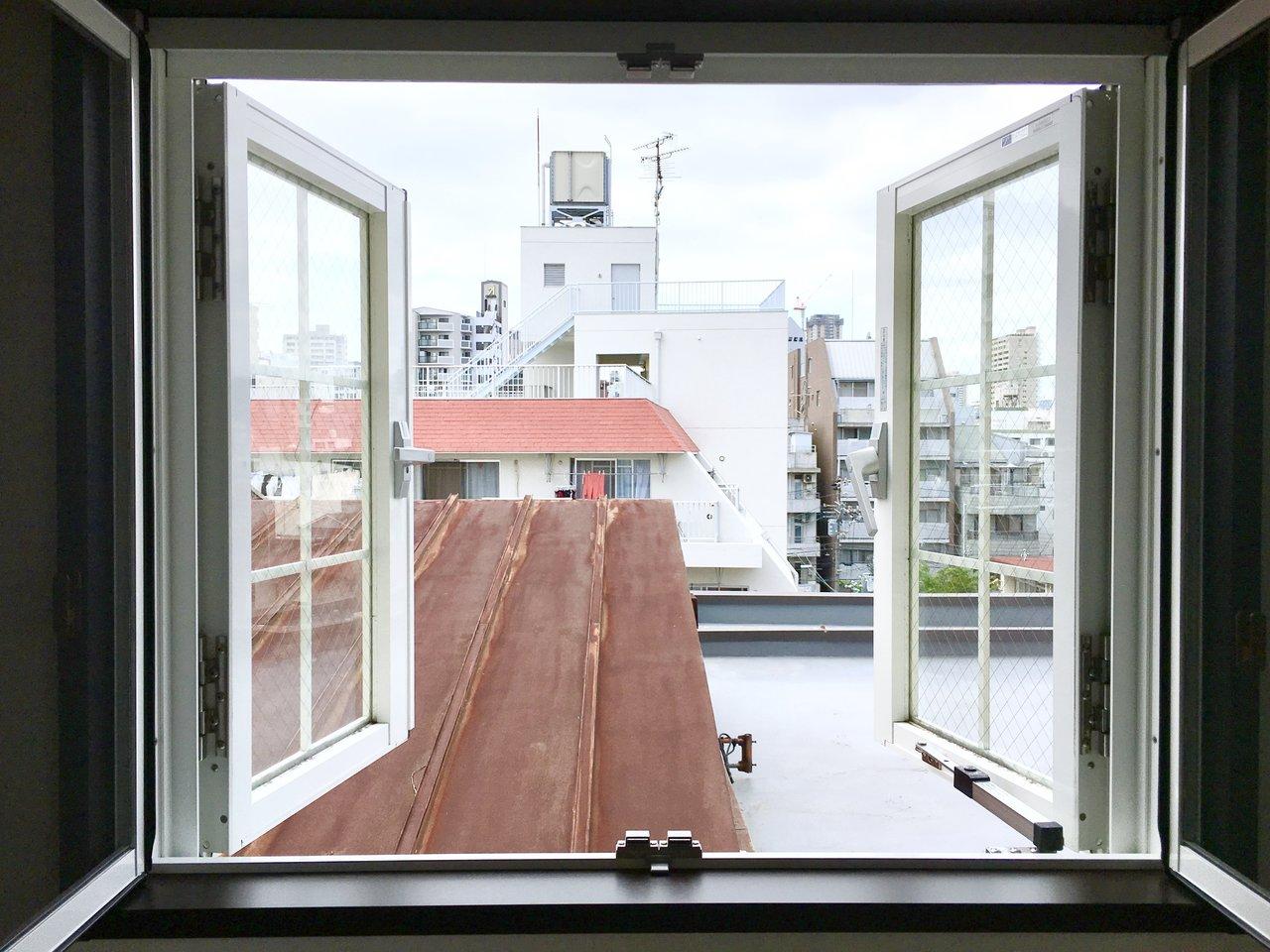 こちらのお部屋のご自慢スポット。それはこの両開きの小窓。まるでハイジの世界!朝はぐっと窓を押し開ければ、気持ちよく1日を始められそう!