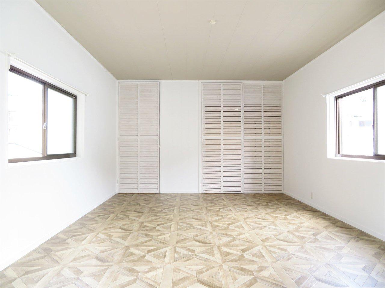 リビングからさらに階段を上がると寝室が。こちらも12畳も広さがあり、ダブルベッドも楽々おけそうです。3面採光で明るいし、床材もとってもおしゃれ。