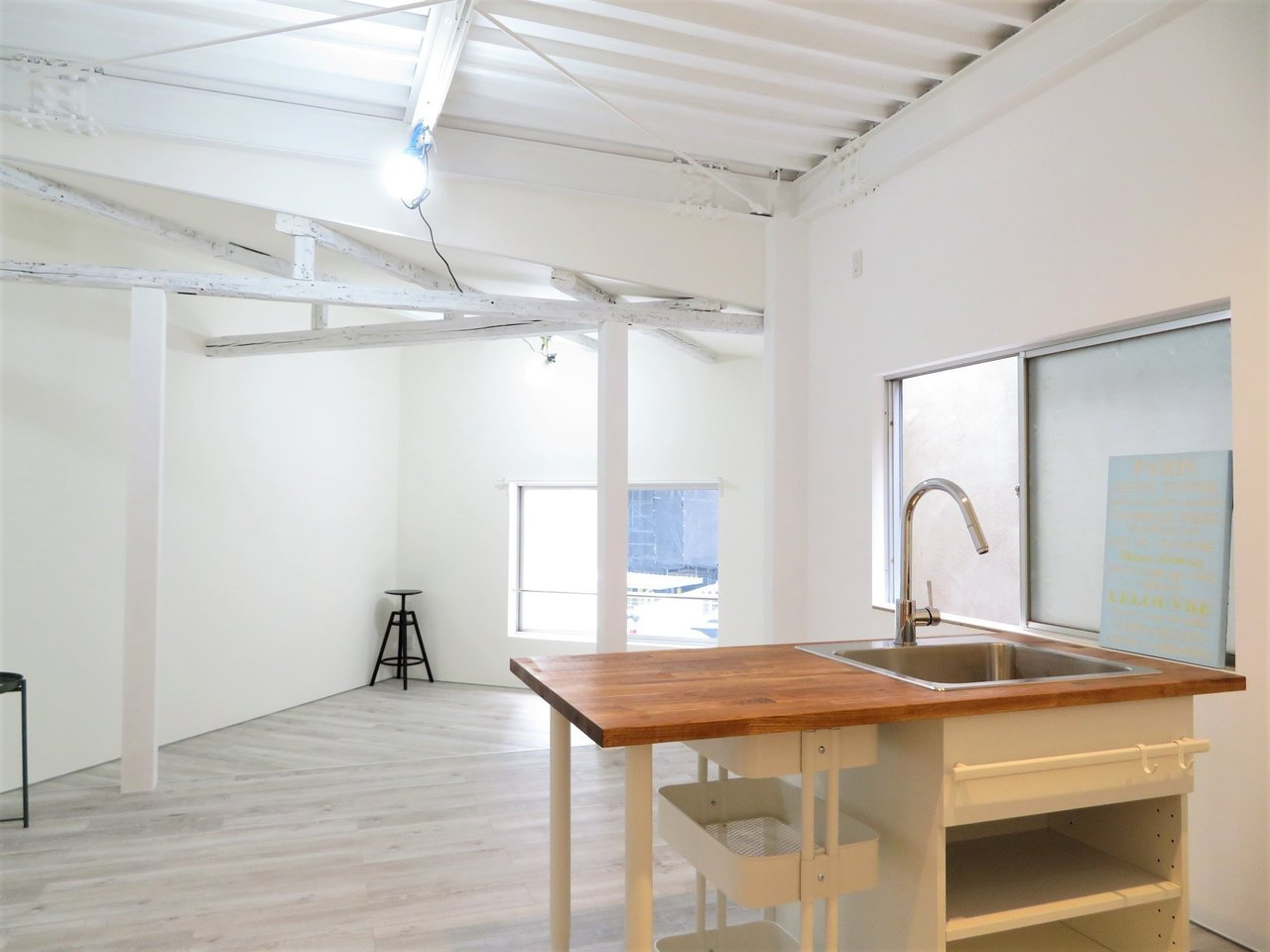 キッチン側から見ると、こんな景色。17畳のリビングダイニングは広々としています。天井のむきだしの鉄骨には、かっこよさすら感じます。
