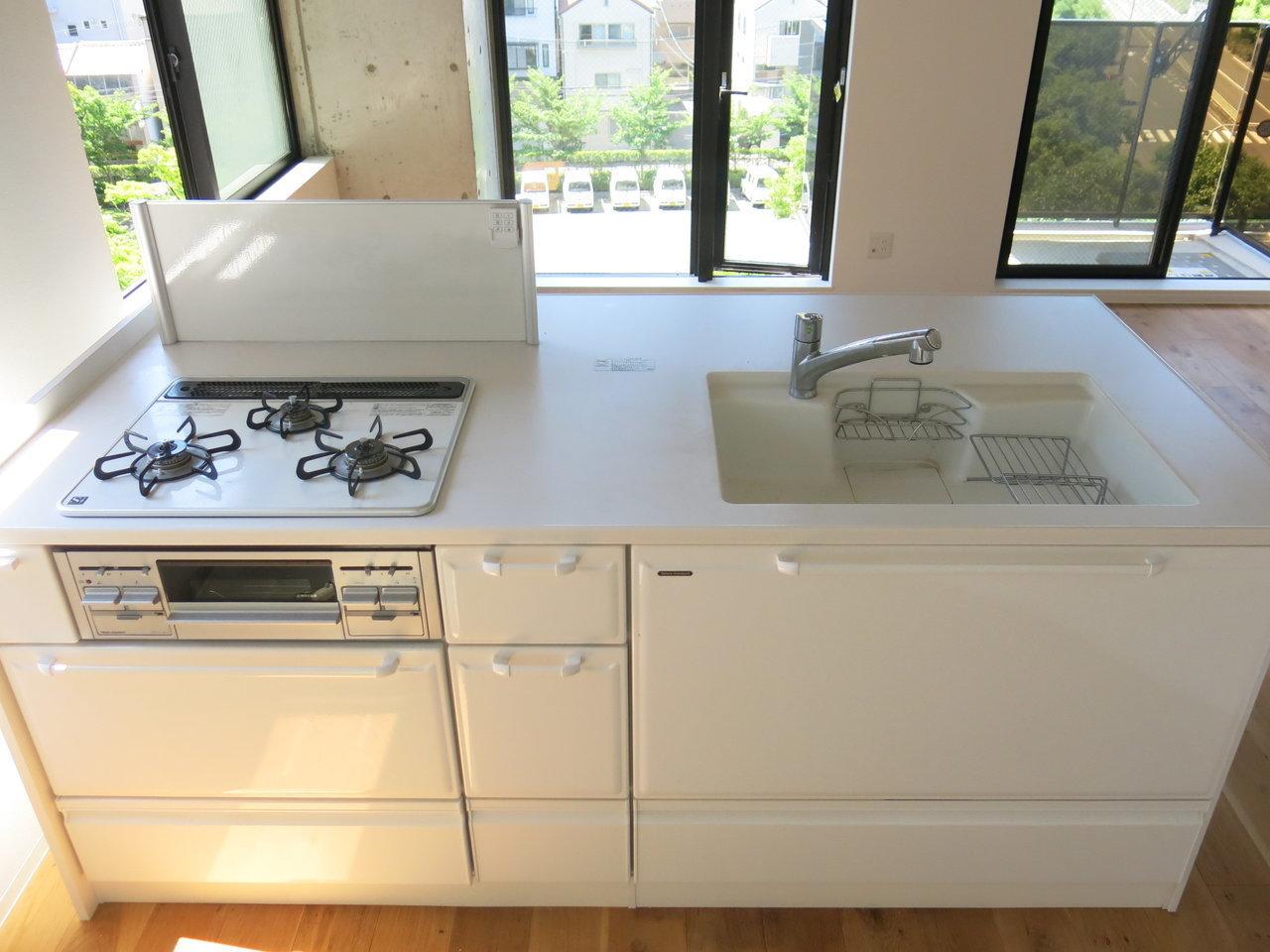 キッチンも白ベース。賃貸物件でステンレスキッチンでないと、それだけでテンション上がります。(※写真は6階同間取りのもの)