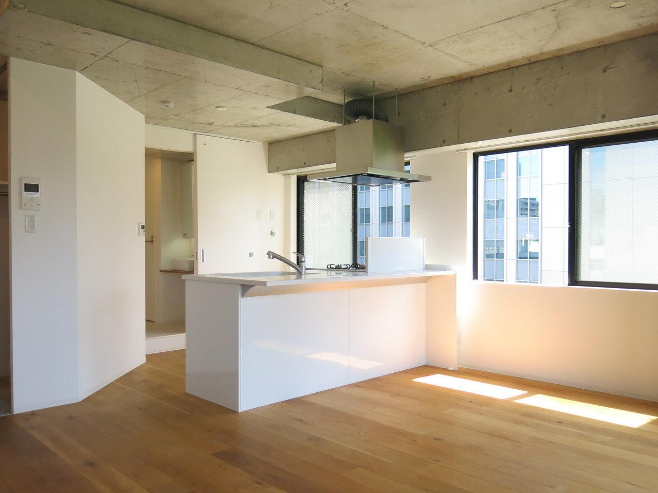 リビング全体はこんな感じ。キッチン側まで窓が広がっているのでとっても明るく感じます。休日の昼間、ここでパスタを作りたい……(※写真は6階同間取りのもの)