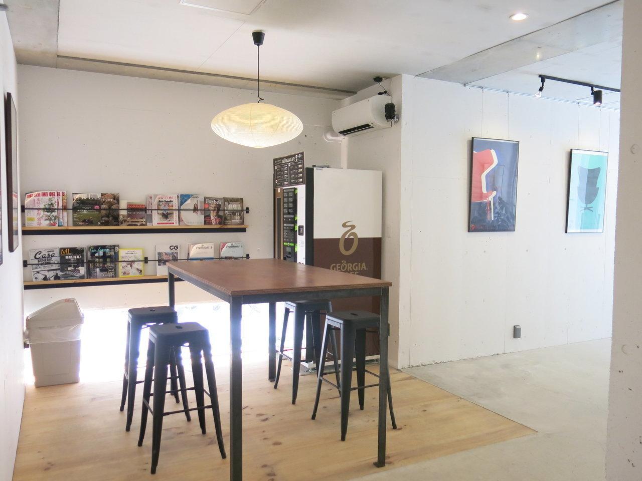 駅から徒歩3分。ガラス張りのエントランスを入ると、まるでカフェのような共有スペースが。壁に飾られたポスターから、そのおしゃれさ、伝わってきますか?