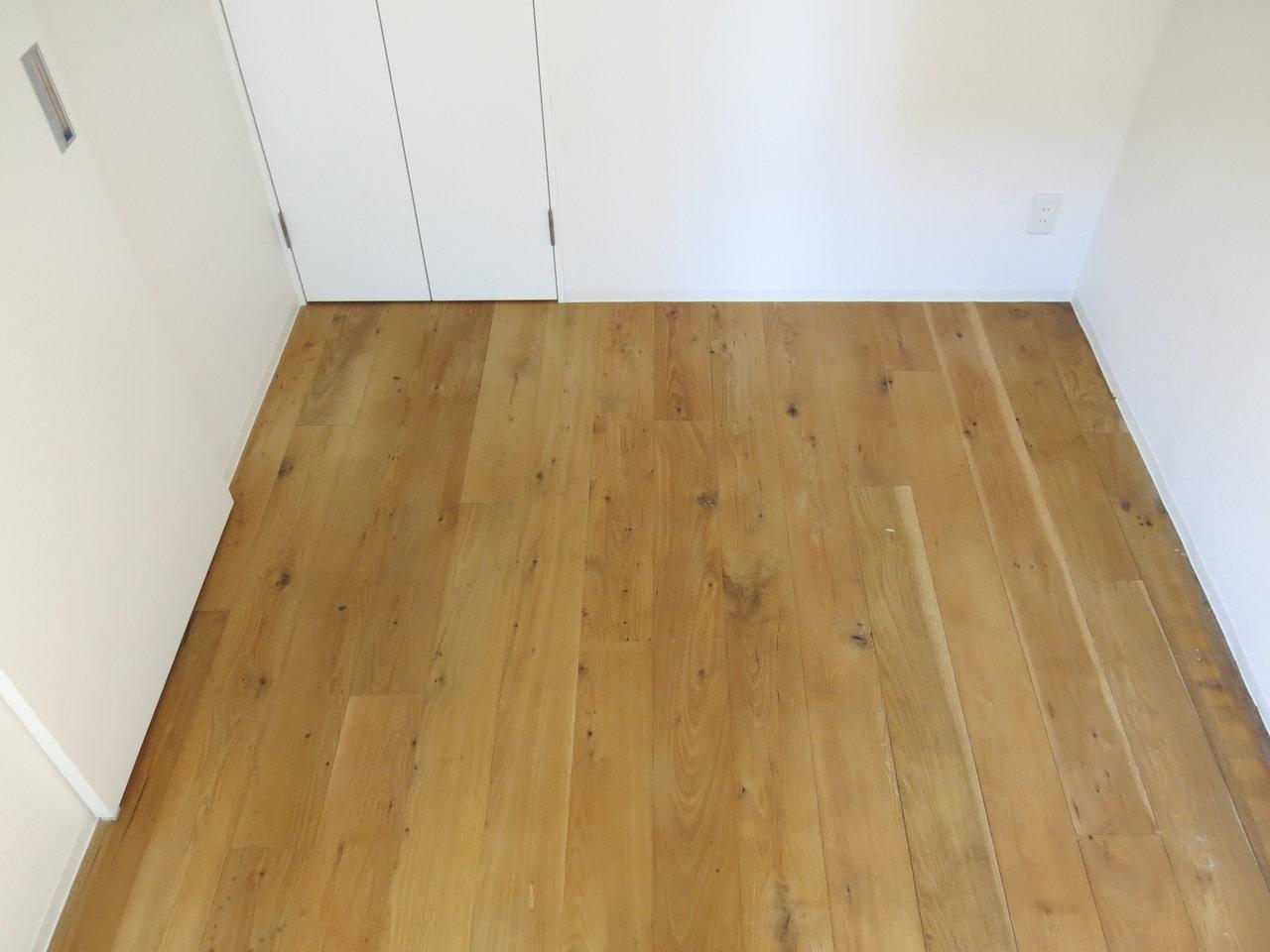 寝室は4.8畳。少々狭めですが、ダブルベッドも置ける広さはありますよ。(※写真は6階同間取りのもの)