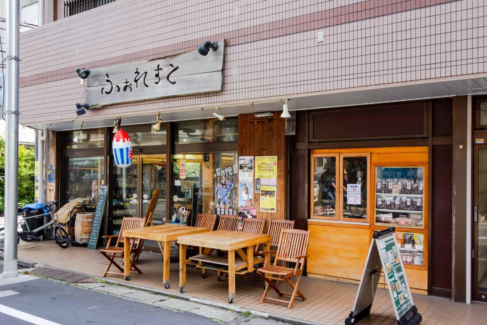 今回はブレーメン通りにある〈FOREST COFFEE〉というカフェをセレクト。この外観、たまりませんね。僕の勘が「ぜったいに美味しいよ」とささやいています。