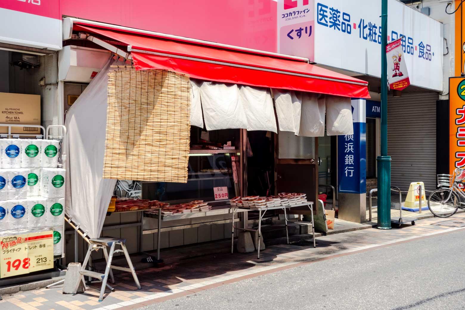 ドラッグストアの店頭にレトロな惣菜屋が。よく考えたらなかなか不思議な組み合わせです。