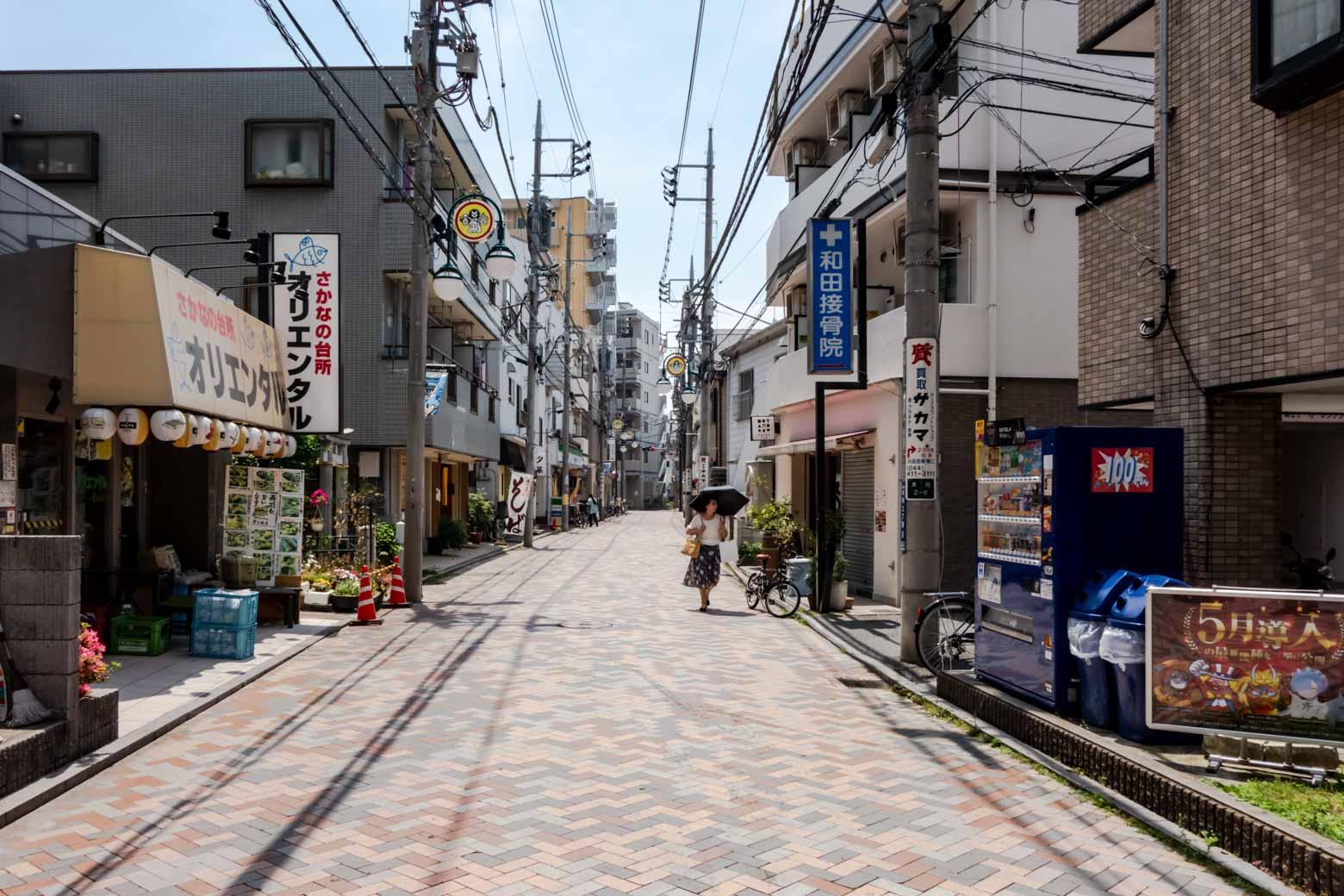 とても静かな路地に出ます。実はこの通りには一騎当千級に美味しい飲食店が点在していて、僕は勝手に〈食道楽ロード〉と呼んでいます。