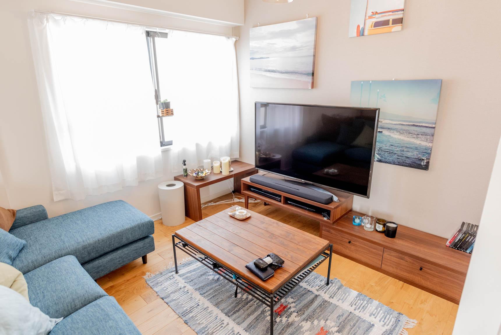 リノベで誕生したL字のリビング。元和室だった部分は、大きなソファを置いて落ち着くスペースに