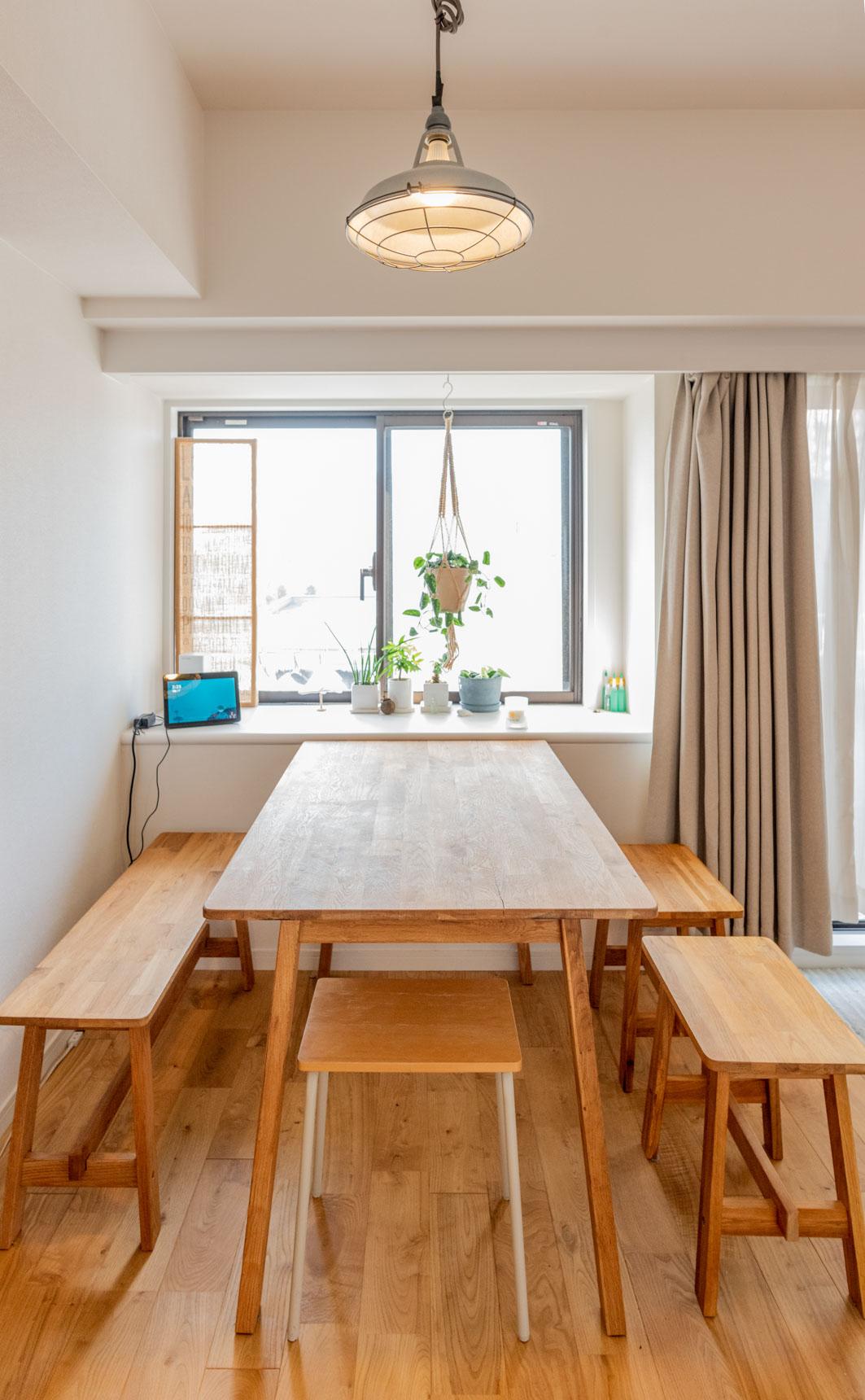 キッチン横にはダイニングテーブル。ひとつづきの空間で開放感がありつつ、食べるところ、くつろぐところがなんとなく区切られていてメリハリもある、絶妙な間取りになった