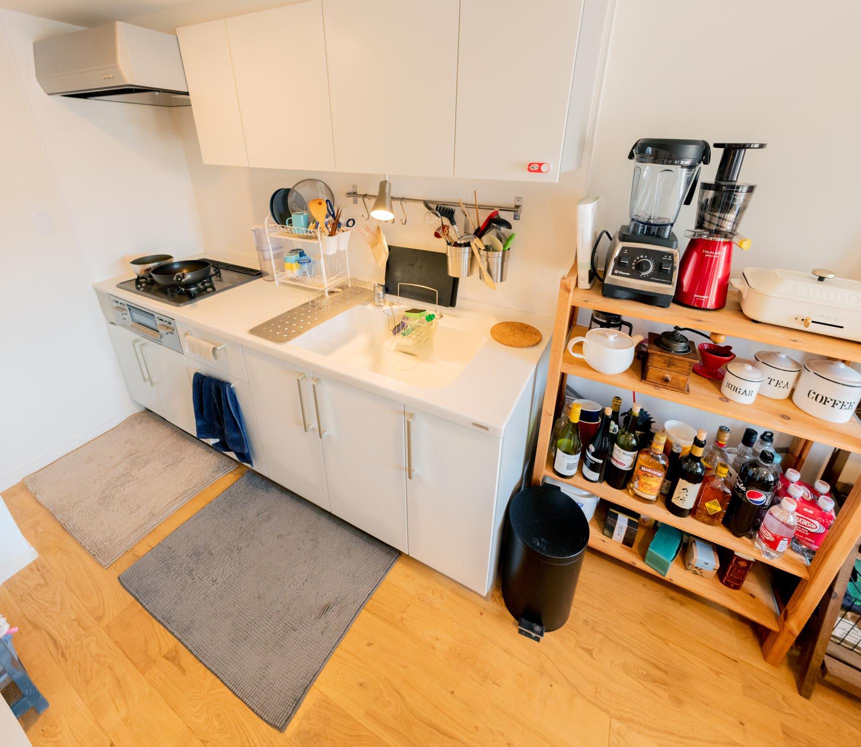 作業台やシンクの中まで真っ白のキッチンも、今までの賃貸にありそうでなかった「ふつう」