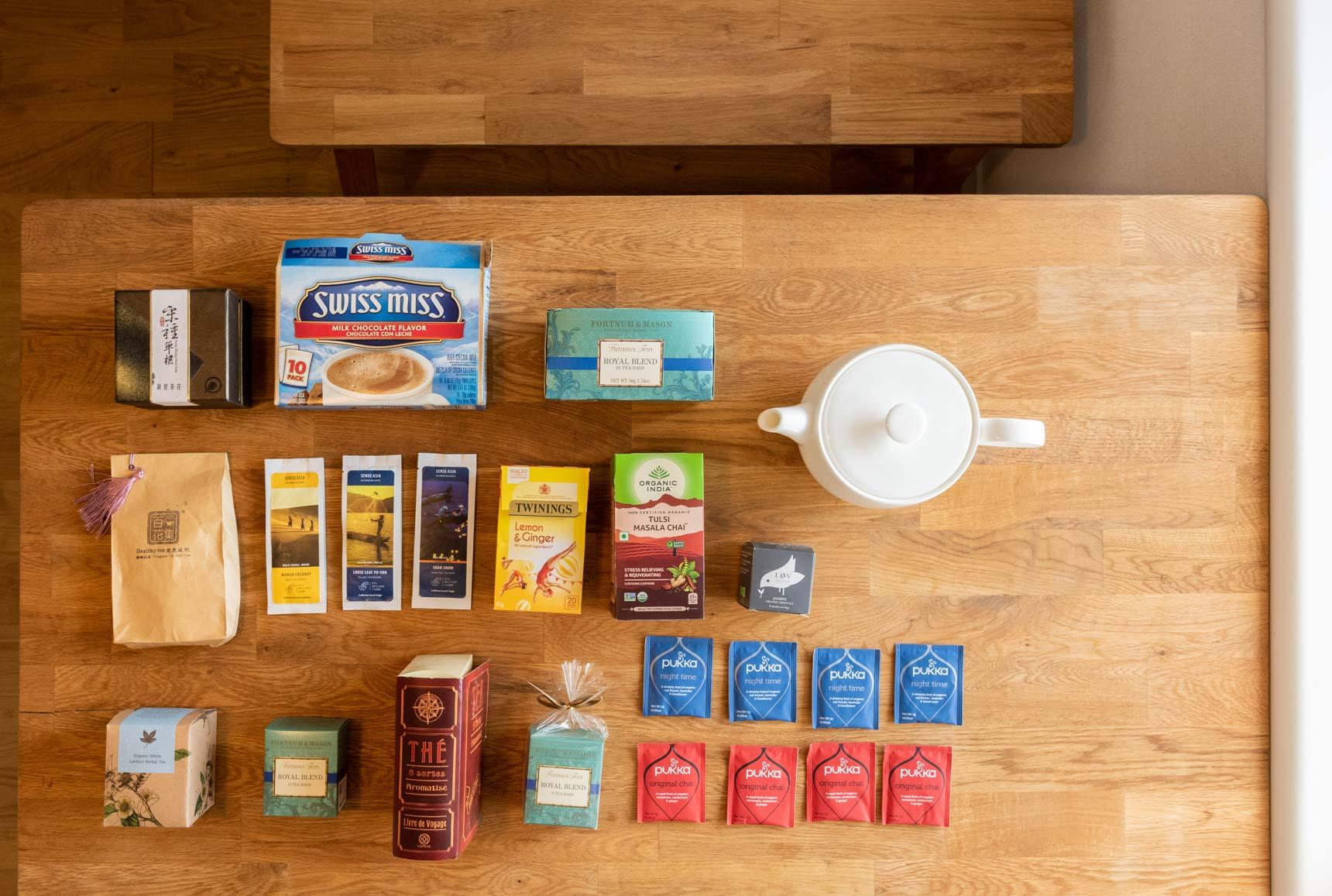 「集めているもの/集まってしまったもの」を並べてもらう、という本連載恒例行事は、紅茶のパッケージ。旅行先で買ったものの他に「お客さんが持ってきてくれたものが集まっちゃった」とのこと。良い手土産だなー、と思った。