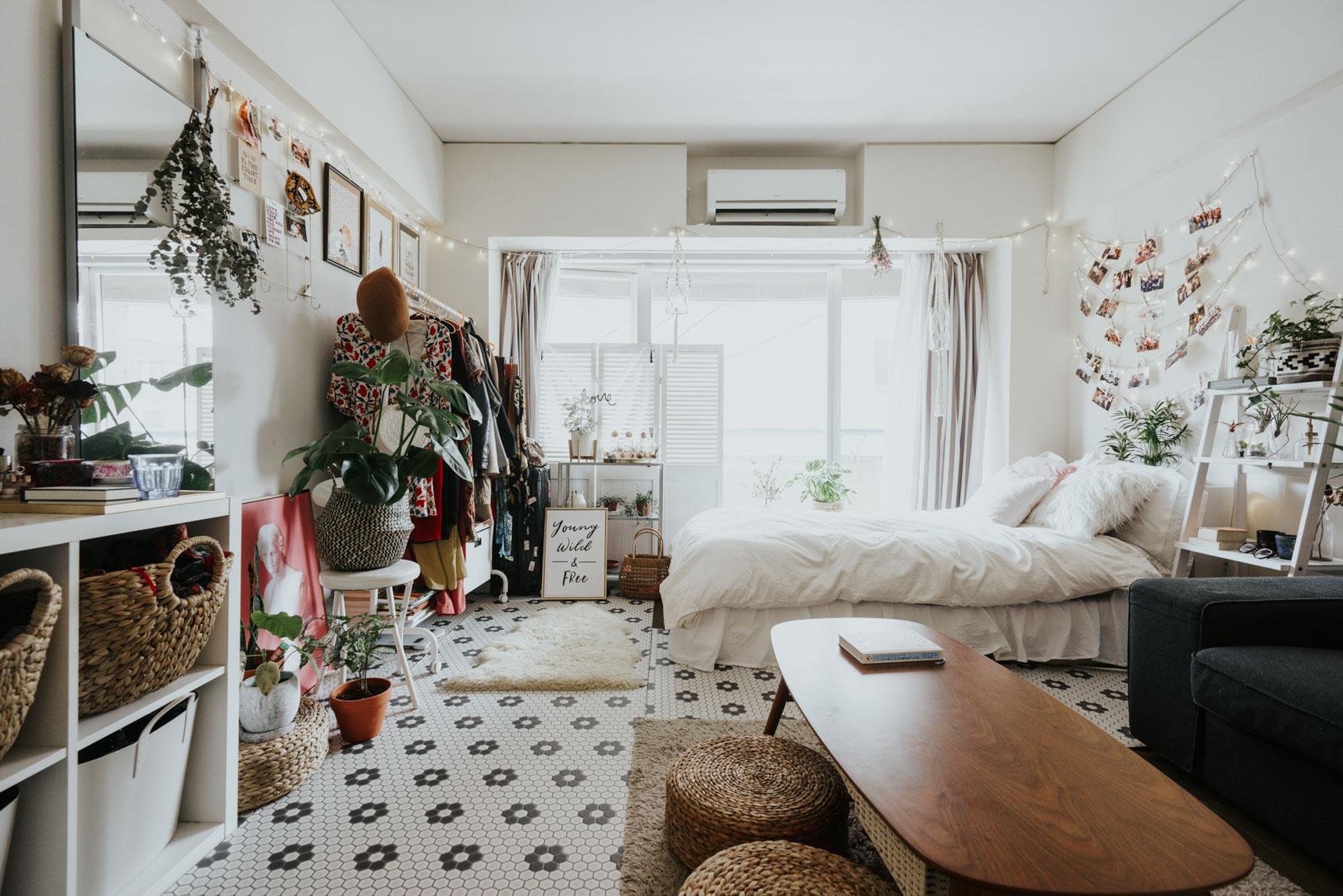 一番お部屋の雰囲気を変えたのは、「床」。タイル模様のクッションシートを敷き、「白」をベースにしたお部屋に作り替えました。