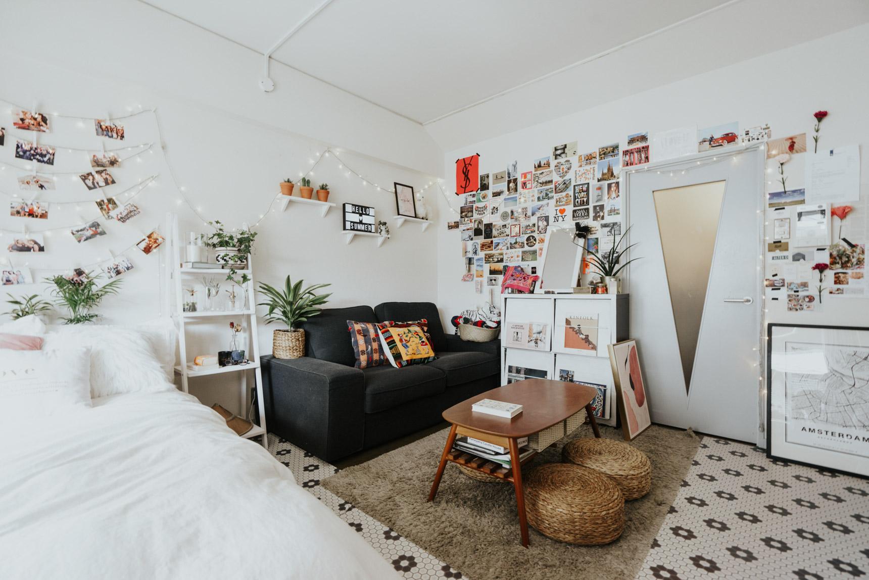 壁に楽しく貼ってある写真やポストカードは、旅行に行った時のもの。海外のお土産のクッションカバーや布など、カラフルな雑貨も、全体を白に整えたことで、空間から浮かずに良いアクセントになっていますよね。