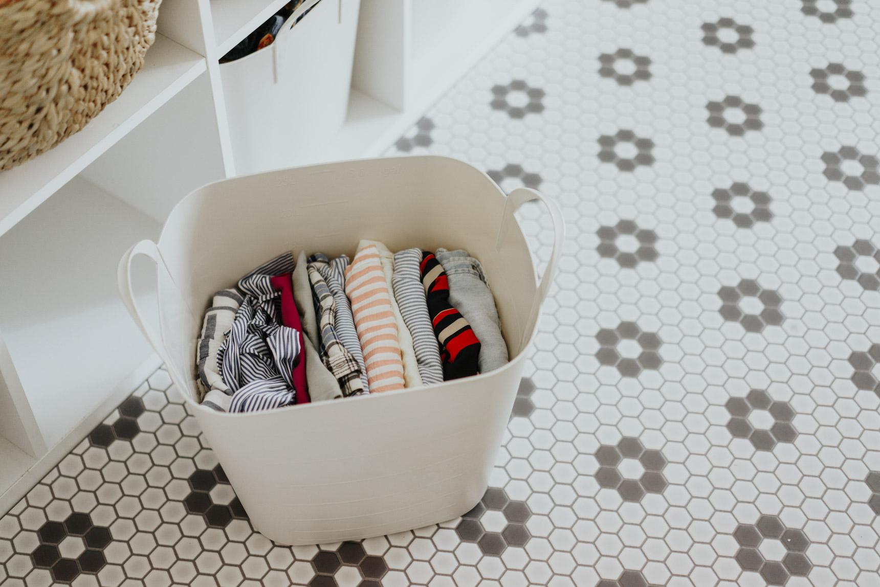 かごの中には洋服がきっちり畳んでしまわれています。これは、かなりの収納力がありそうですね!