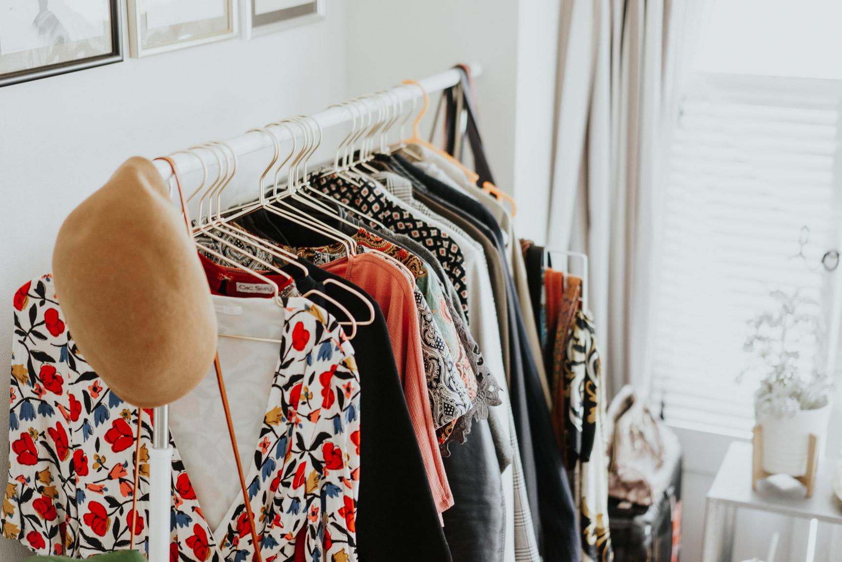 よく着る洋服は、オープンなハンガーラックにかけて。「ハンガーをゴールドに揃えたことで、だいぶ印象が変わりました」。確かに、大きめのハンガーラックですがお部屋の雰囲気に馴染んでいますよね。横に置いてあるスーツケースも、普段は収納スペースとして活用しています。