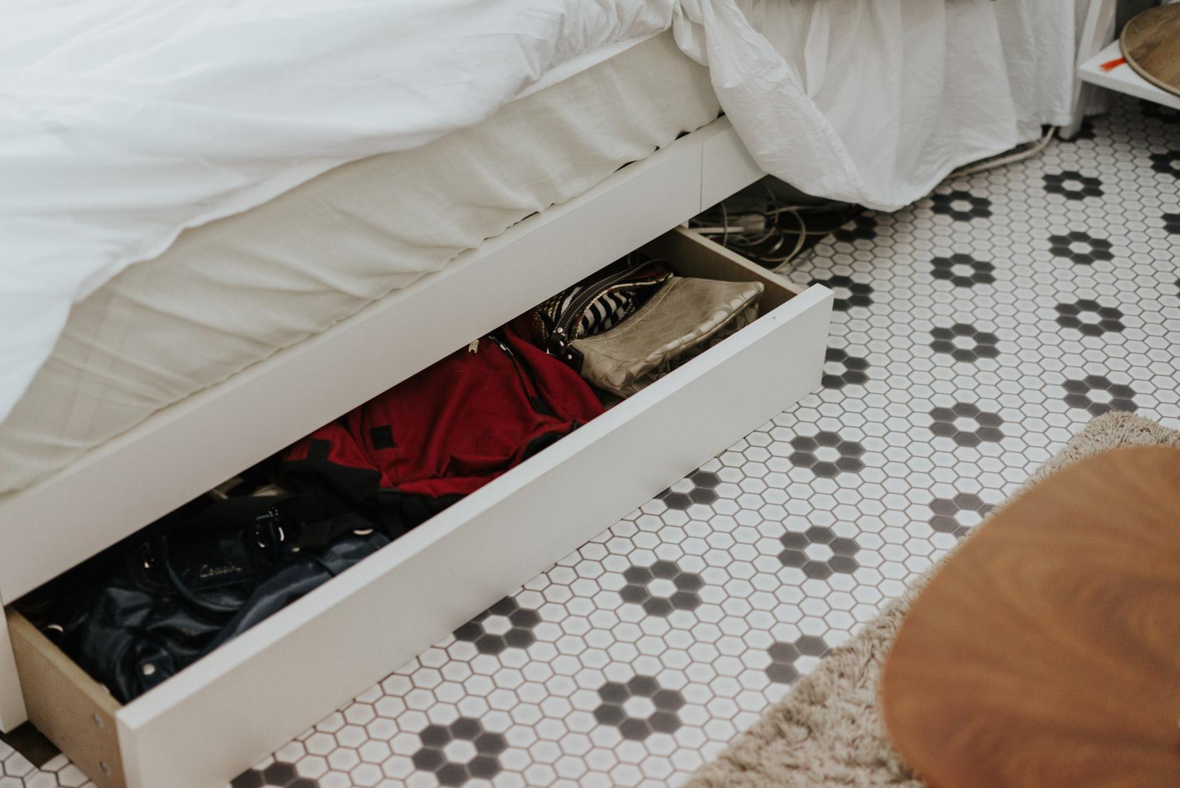 ベッドは、引き出し付きのものを選んで、バッグなどを収納。とここまでは普通ですが…