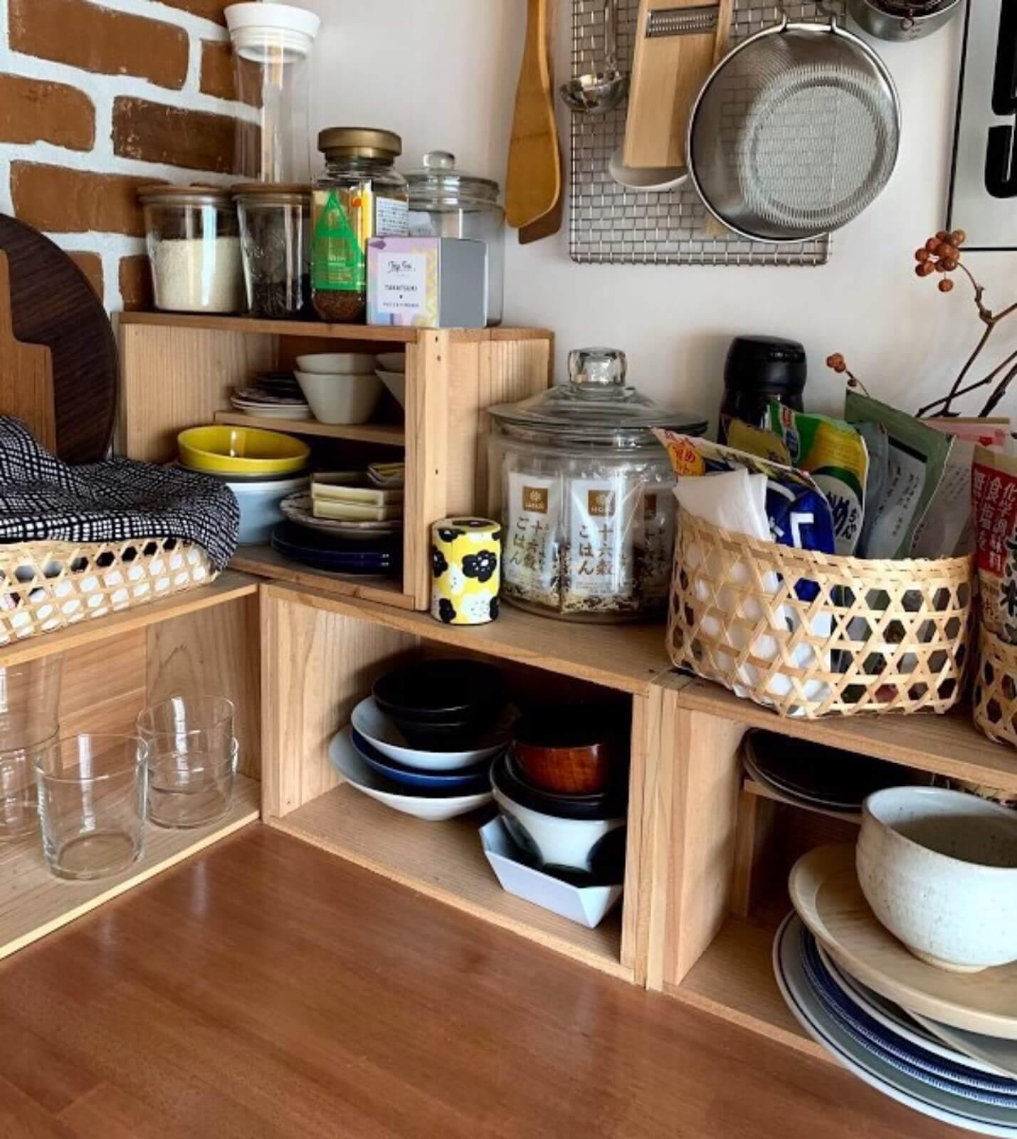 食器棚がなくても、収納が少ないキッチンでも、木箱だけでこんなに素敵に。