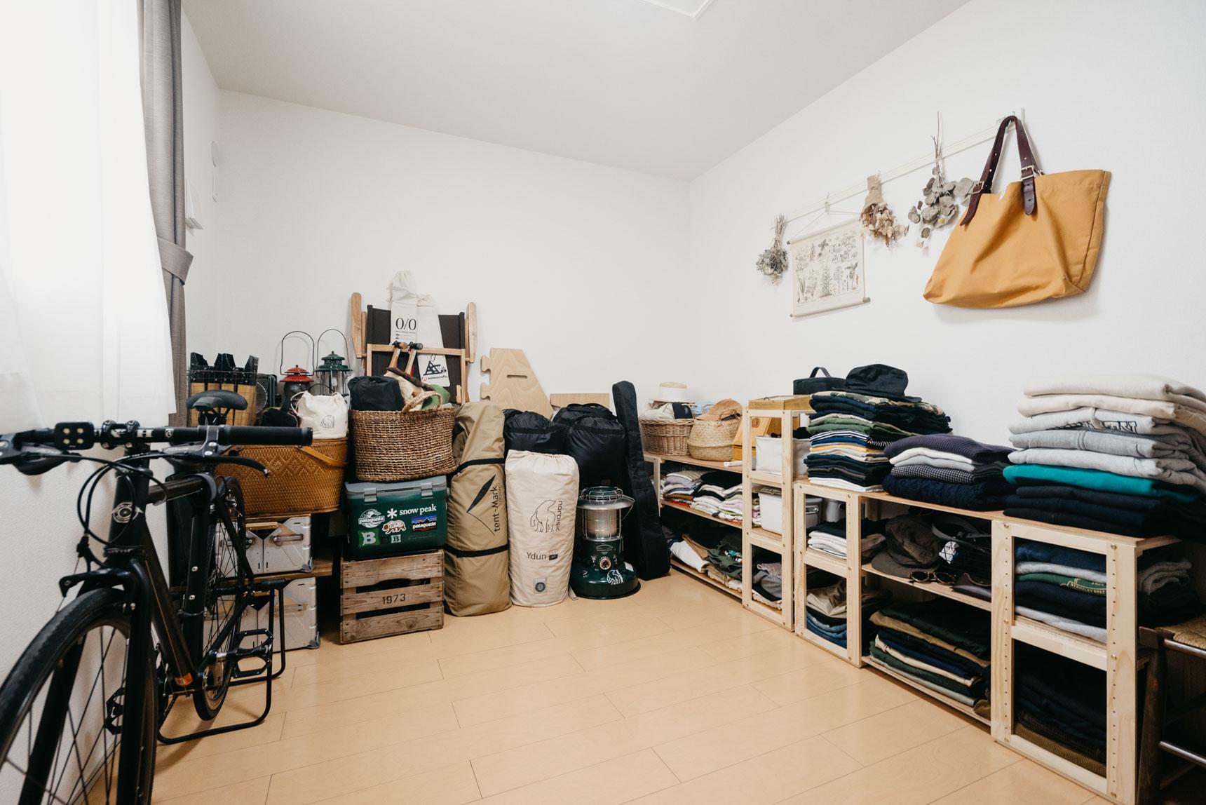 1部屋を二人共通の趣味であるアウトドアアイテムや衣類の収納に使われている2LDK