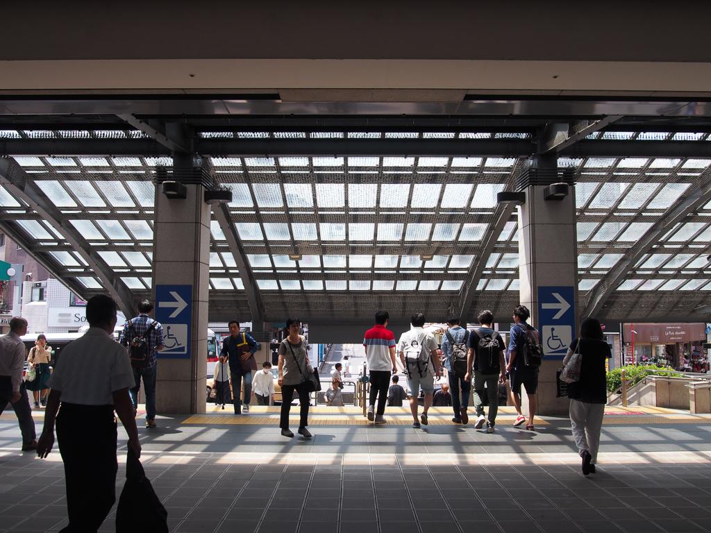 駅西口へと向かう出口。