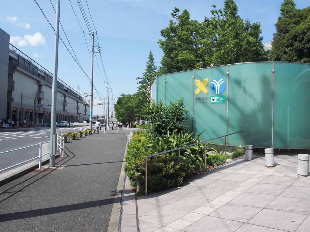 グリーンラインの乗り場は日吉駅西口を出て、綱島街道を渡ったところにあります。