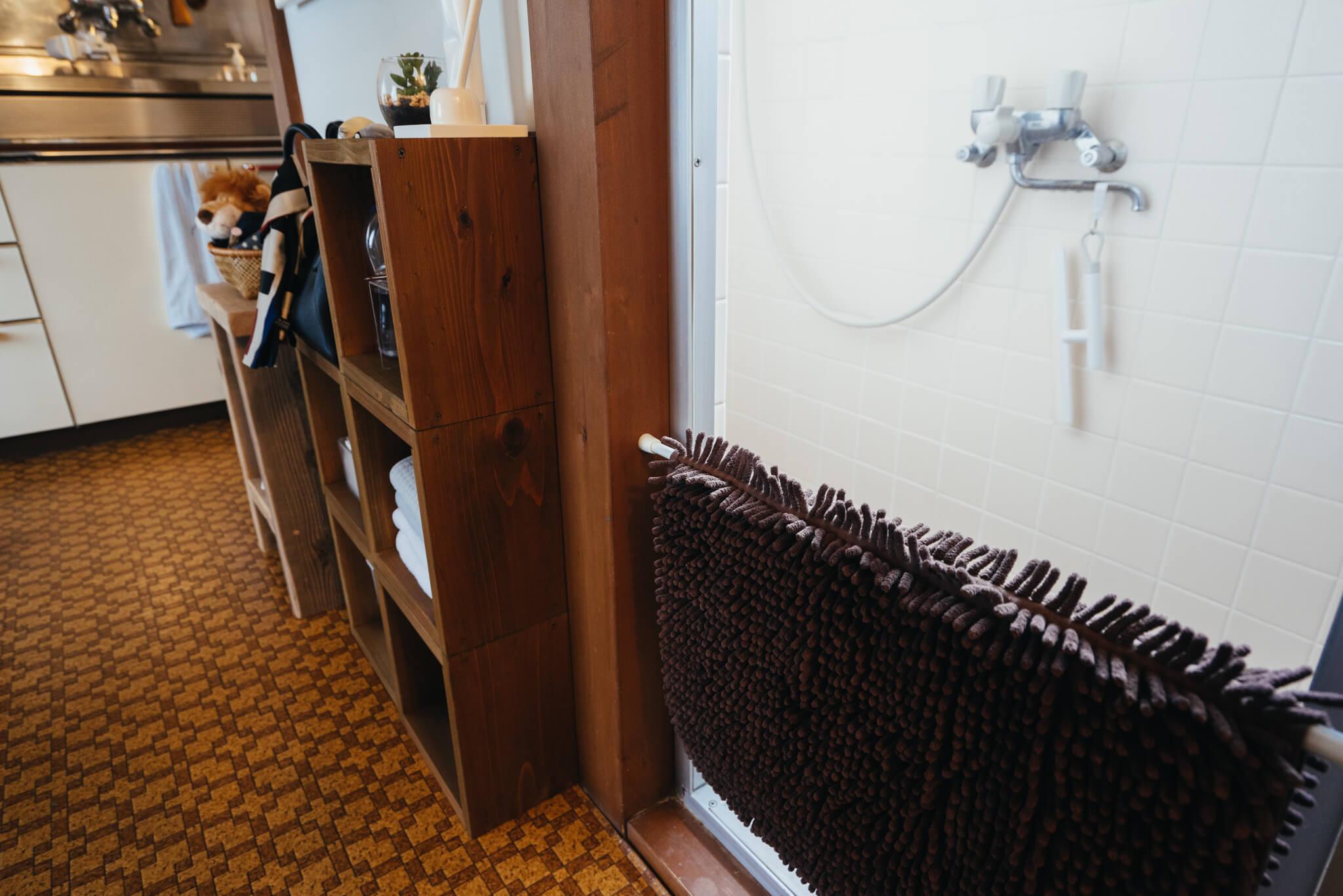 脱衣所がないお部屋の場合、こんな風にバスマットも突っ張り棒を利用してかけておくと便利です。(このお部屋はこちら)