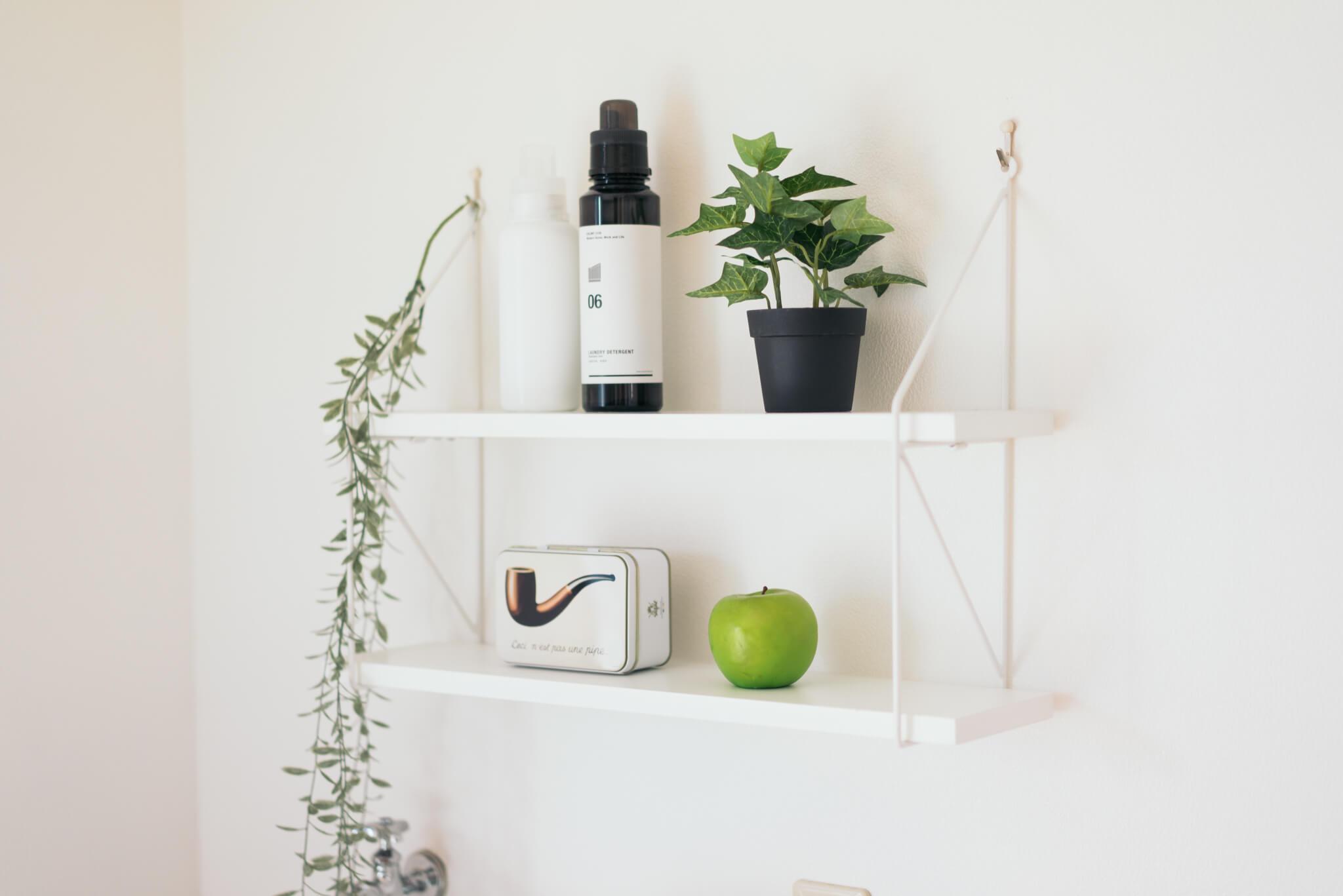 賃貸でも壁につけられるフックを使って、小さな棚を設置。雰囲気のあるスペースが作れます。(このお部屋はこちら)
