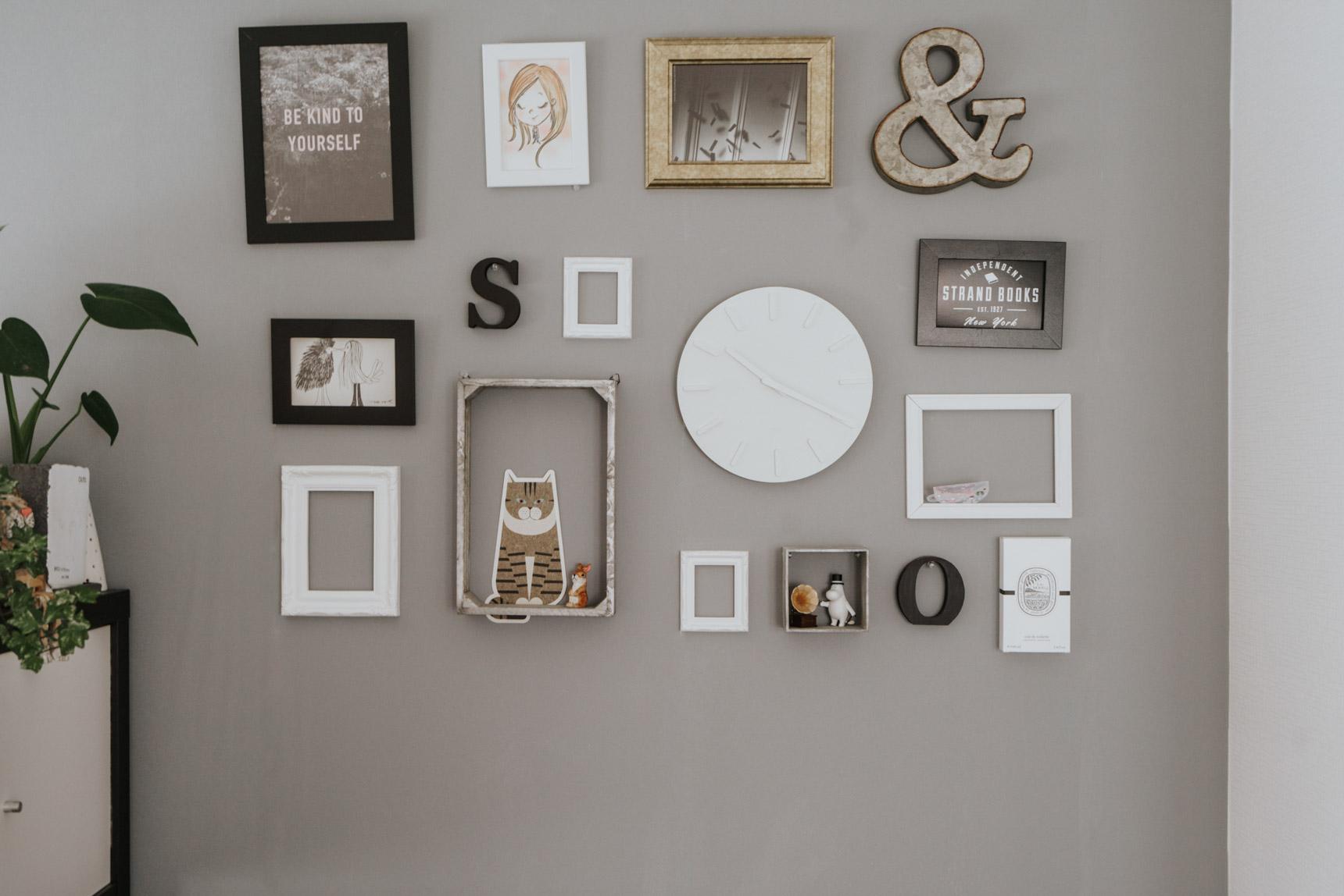 壁には剥がせる糊を使って、自分でグレーの壁紙を貼りました。