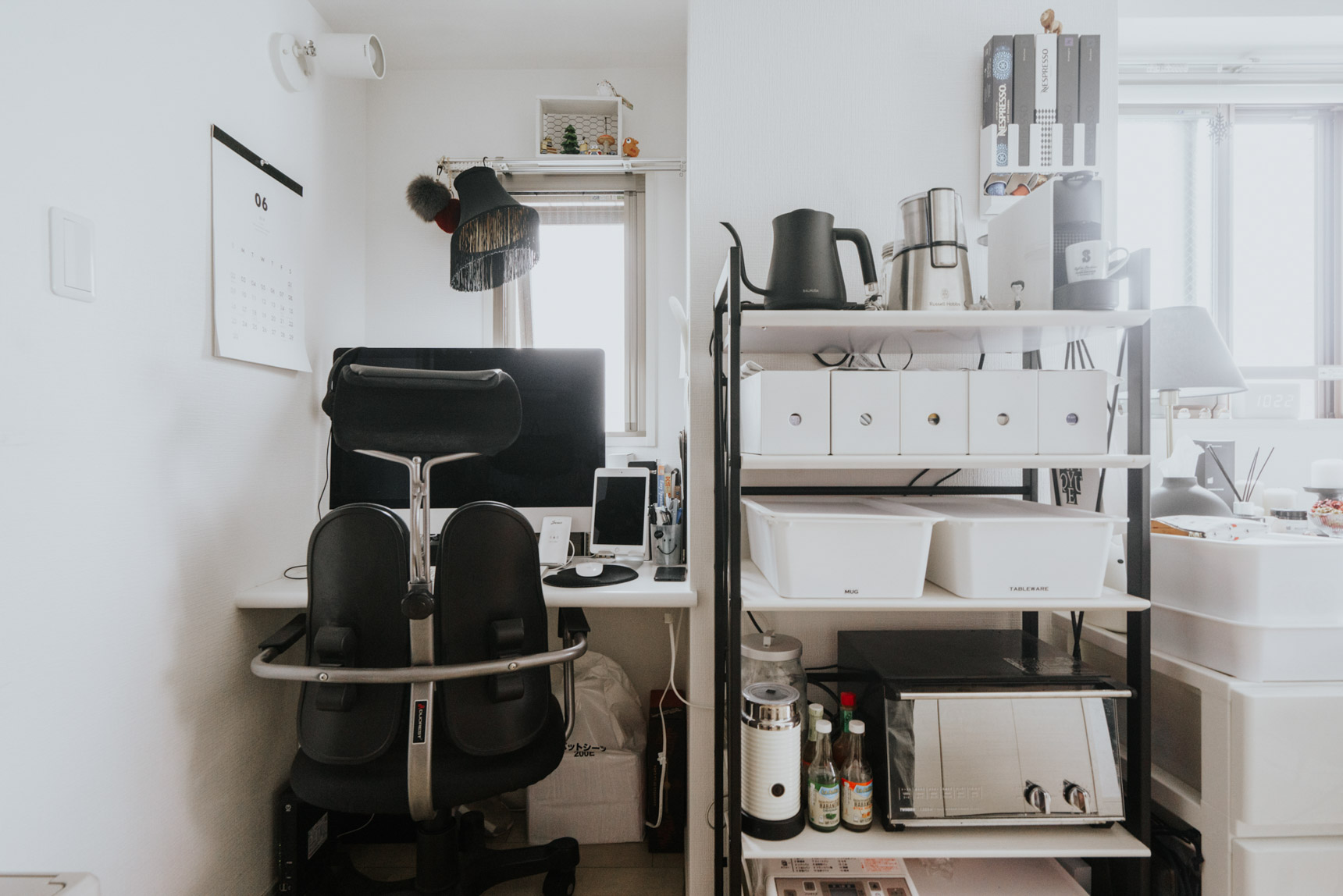 お仕事用のデスクはこちらに。ワンルームでも、それぞれ空間が家具によってなんとなく仕切られているので、メリハリを感じるとてもうまい配置になっています。