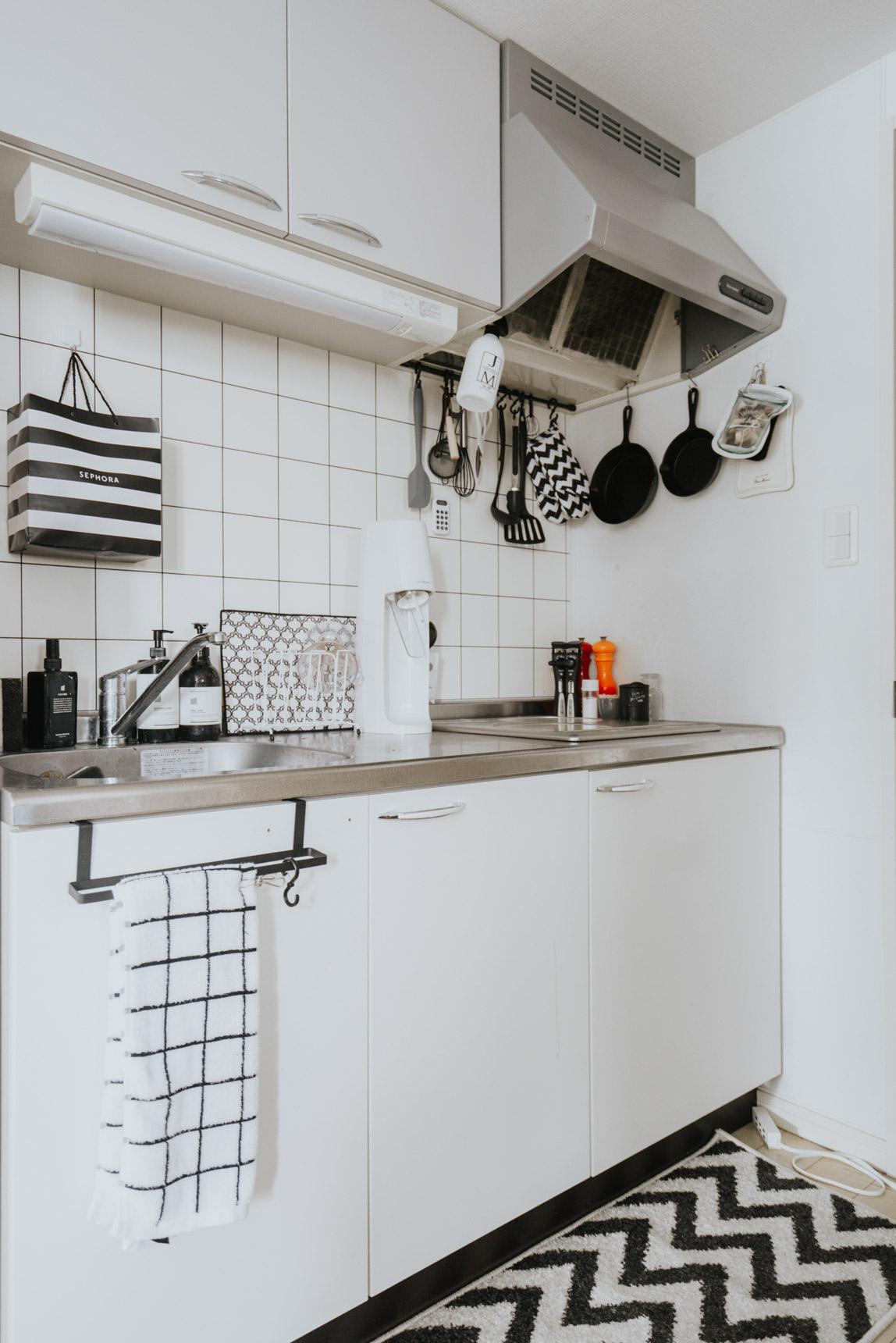 キッチンも、道具から洗剤まで、ほとんどが白黒!ここまで徹底するのはすごいですね。