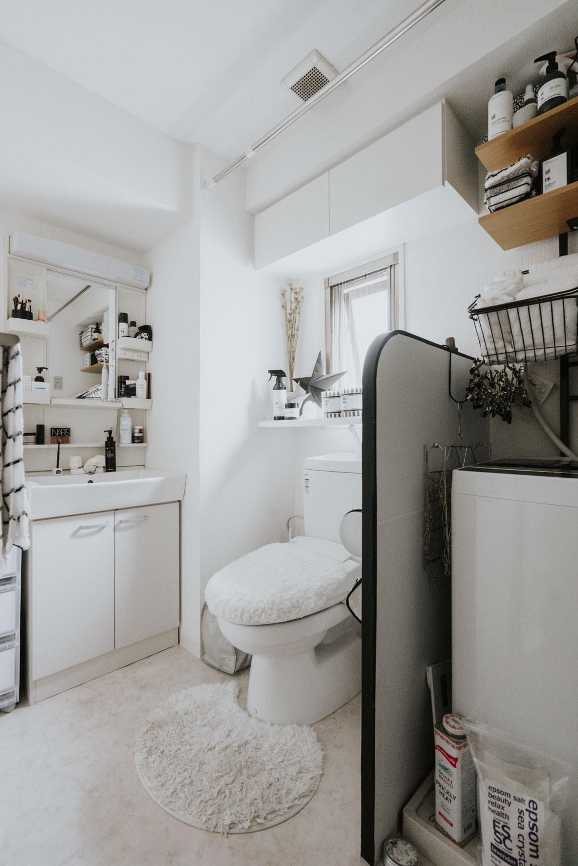 白と黒ですっきりとまとめられたサニタリースペース。バスタオルや、ボトルなど、細かいところまできっちり揃えるのがポイントです。(このお部屋はこちら)