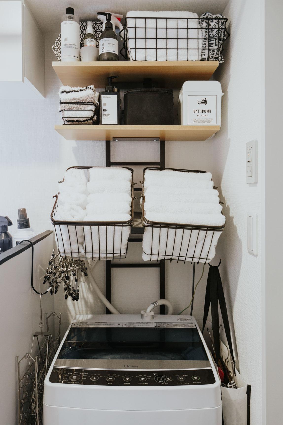 洗濯機ラックって場所を取ることが多いけれど、このタイプは省スペースでいいですね!バスケットにしまうタオルも、もちろん白です。