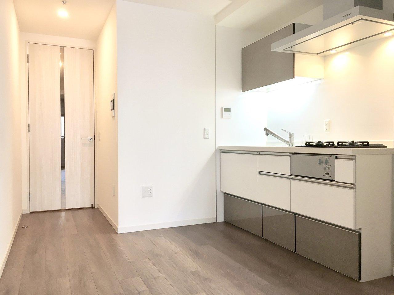 キッチンはゆったりサイズで作業スペースもしっかりあります。収納もたっぷりなんです!お皿やグラス、調理器具を集めるのが好きな方にはうれしいポイントですね。