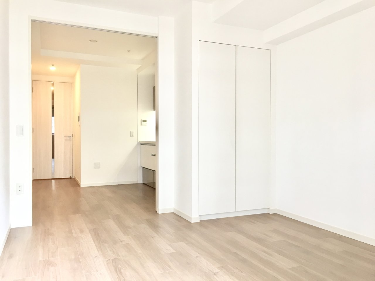 お部屋に入るとまずダイニングキッチン、その奥が洋室と縦に配置された間取りなので奥行き感のある空間に。