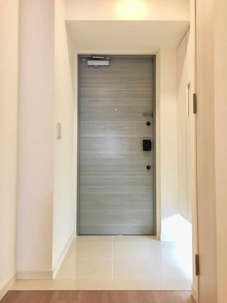 玄関に入ると人感センサーが反応して、パッと明るく迎えてくれるお部屋。これなら「スイッチスイッチ、、」と探さなくてもいいですね。