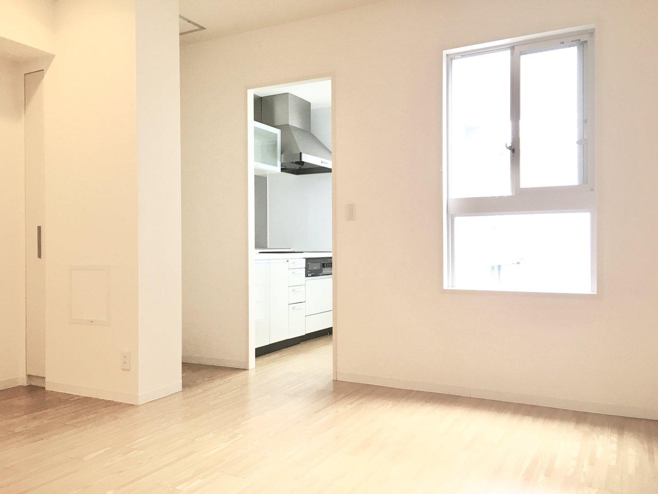 玄関から入り、洋室が。その先にキッチン、という少し変わった間取りです。