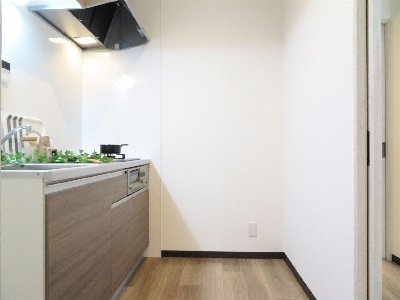 キッチンスペースも2.5畳と、通常の1Kの物件よりも広めのスペース。2口コンロのシステムキッチンです。キッチン周辺のスペースもあるので冷蔵庫以外にも小さな食器棚くらいであれば置けそうです。