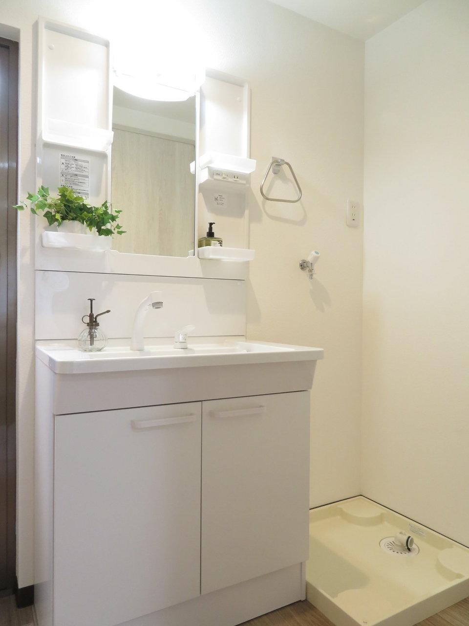 奥は水回りスペース。洗面台やお風呂などは新品です。浴室乾燥機や追い炊き機能もついているので、設備としてはまったく問題なしです。
