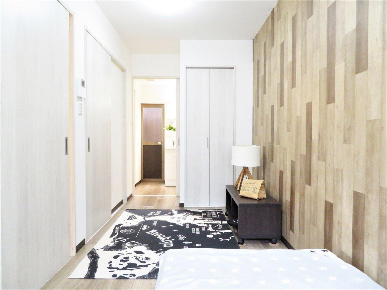 長細い約6畳のお部屋ですが、一人暮らしには問題なさそう。しっかりベッドも置くことができますね。