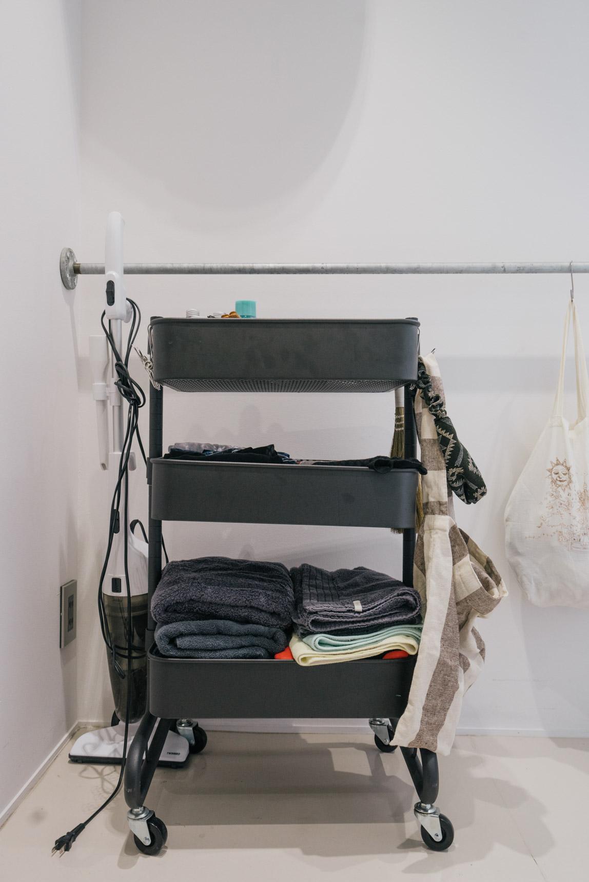 タオルをしまう場所がないとき活用したいのが、山善のキャスターワゴン。細々としたものをすっきりしまえます。(このお部屋はこちら)
