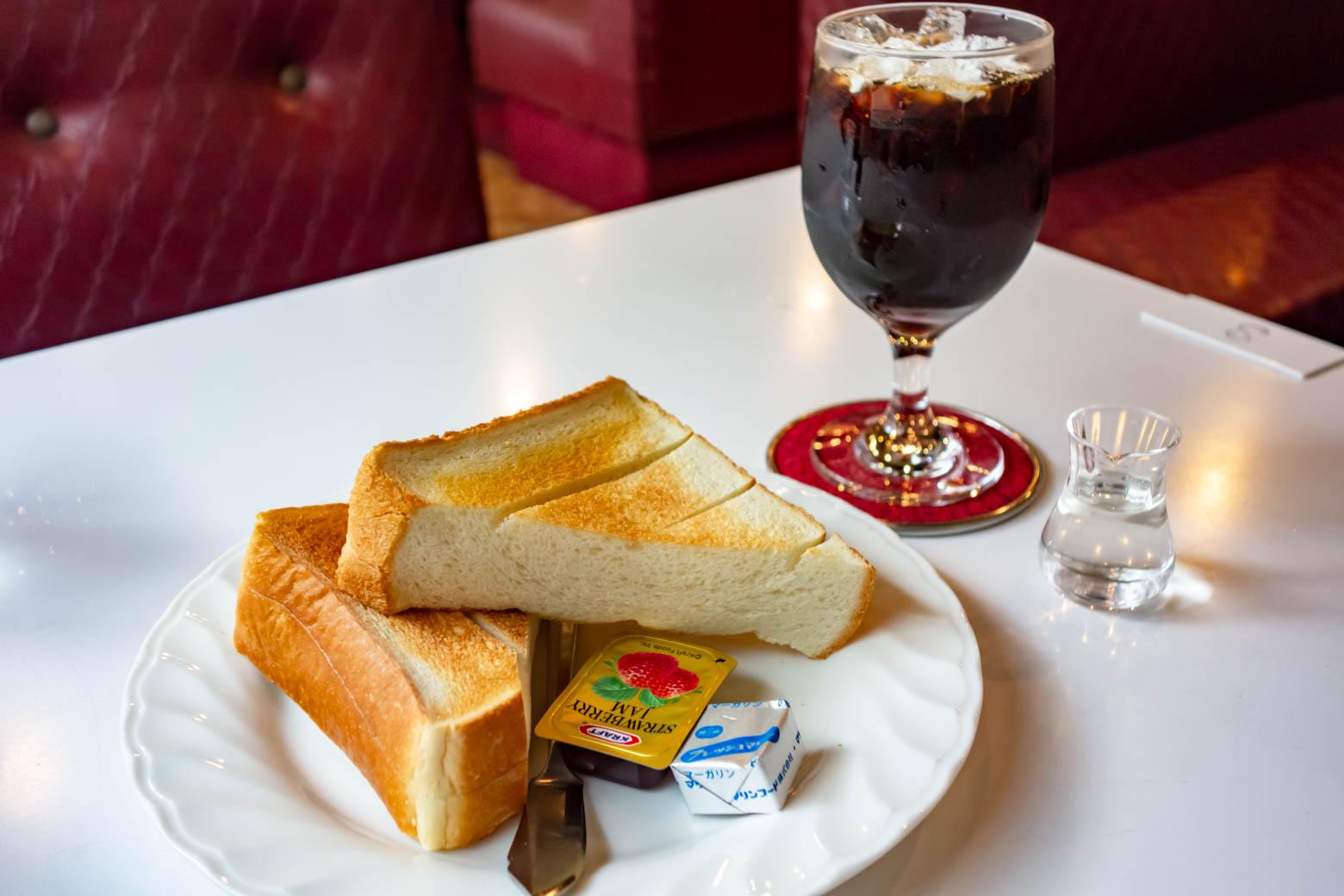 かなり悩んだ末、定番のトーストセットを注文。厚切りで食べごたえがありましたよ。お値段はぴったり500円とリーズナブル。