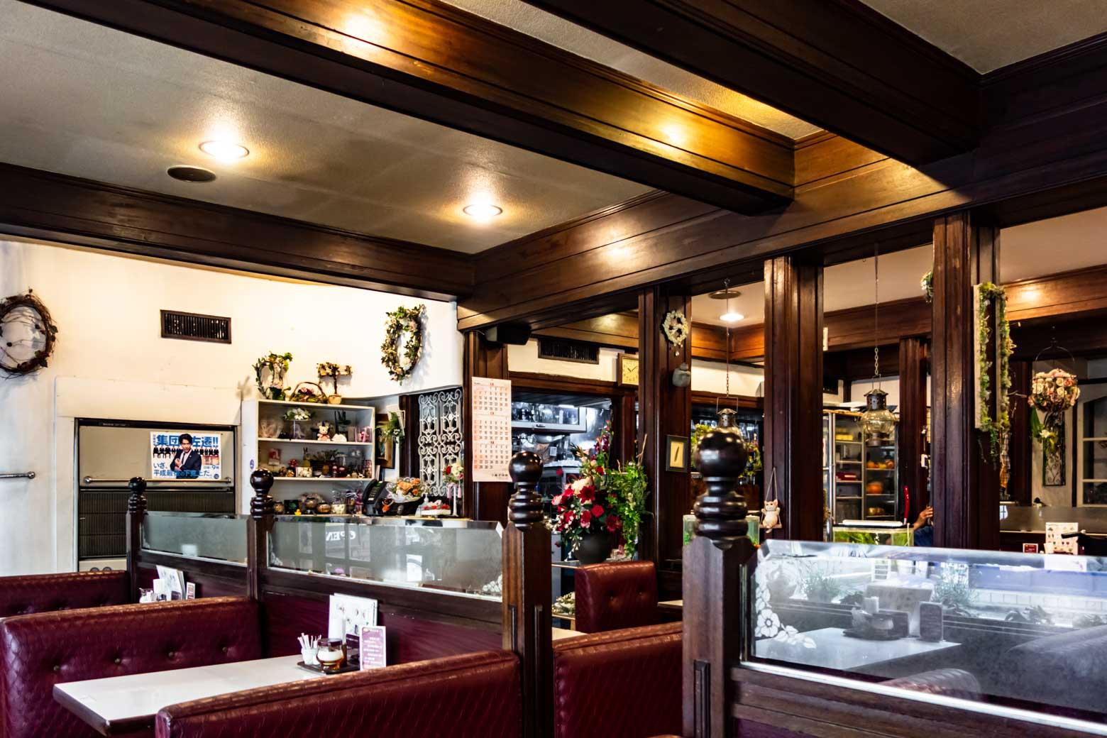内装も実にレトロ。僕は、ほんとうにこういう喫茶店が好きです。仕事を忘れて寛いでしまいました。