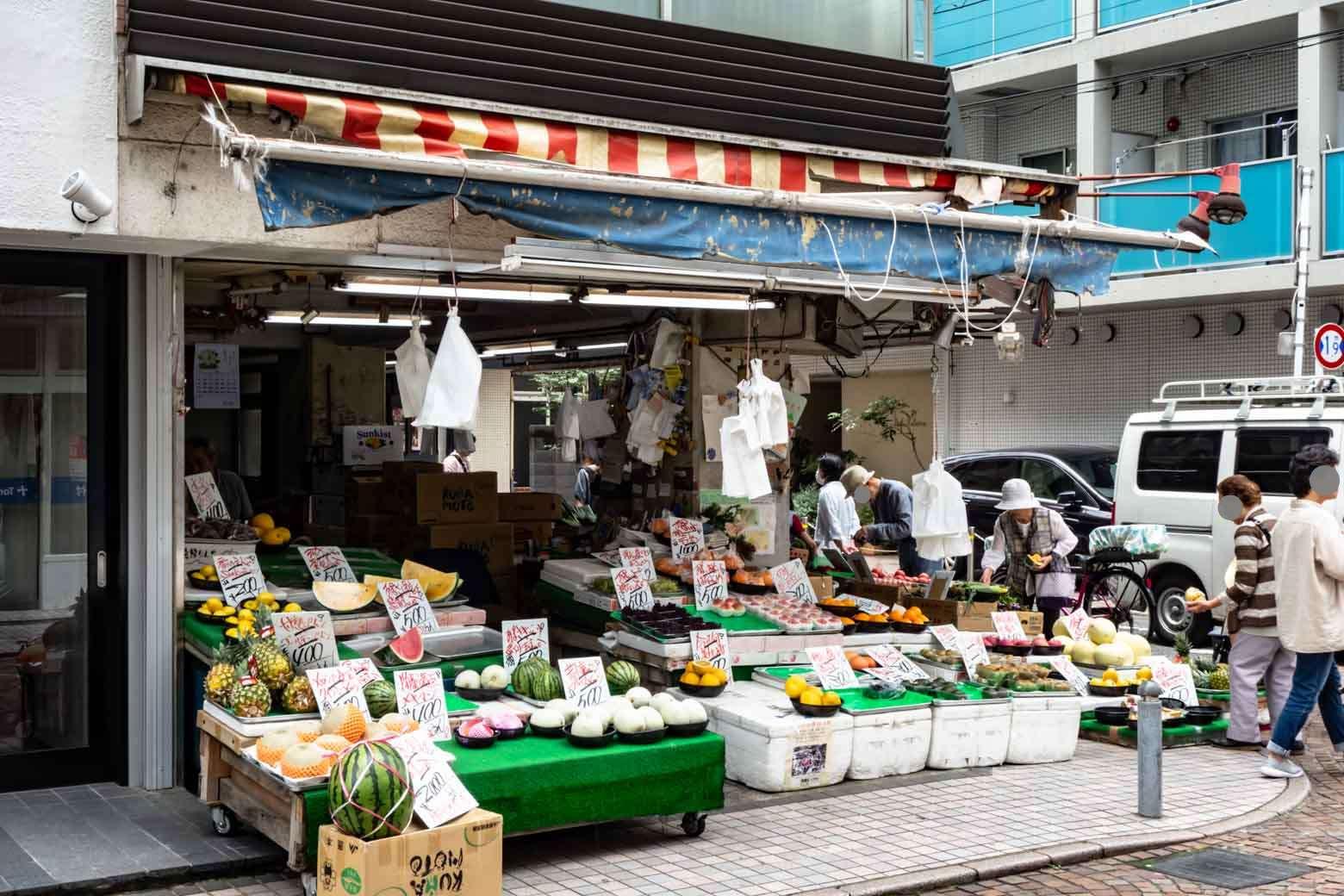 本領発揮と言わんばかりに賑やかになってきました。こちらはかなり繁盛している青果店。