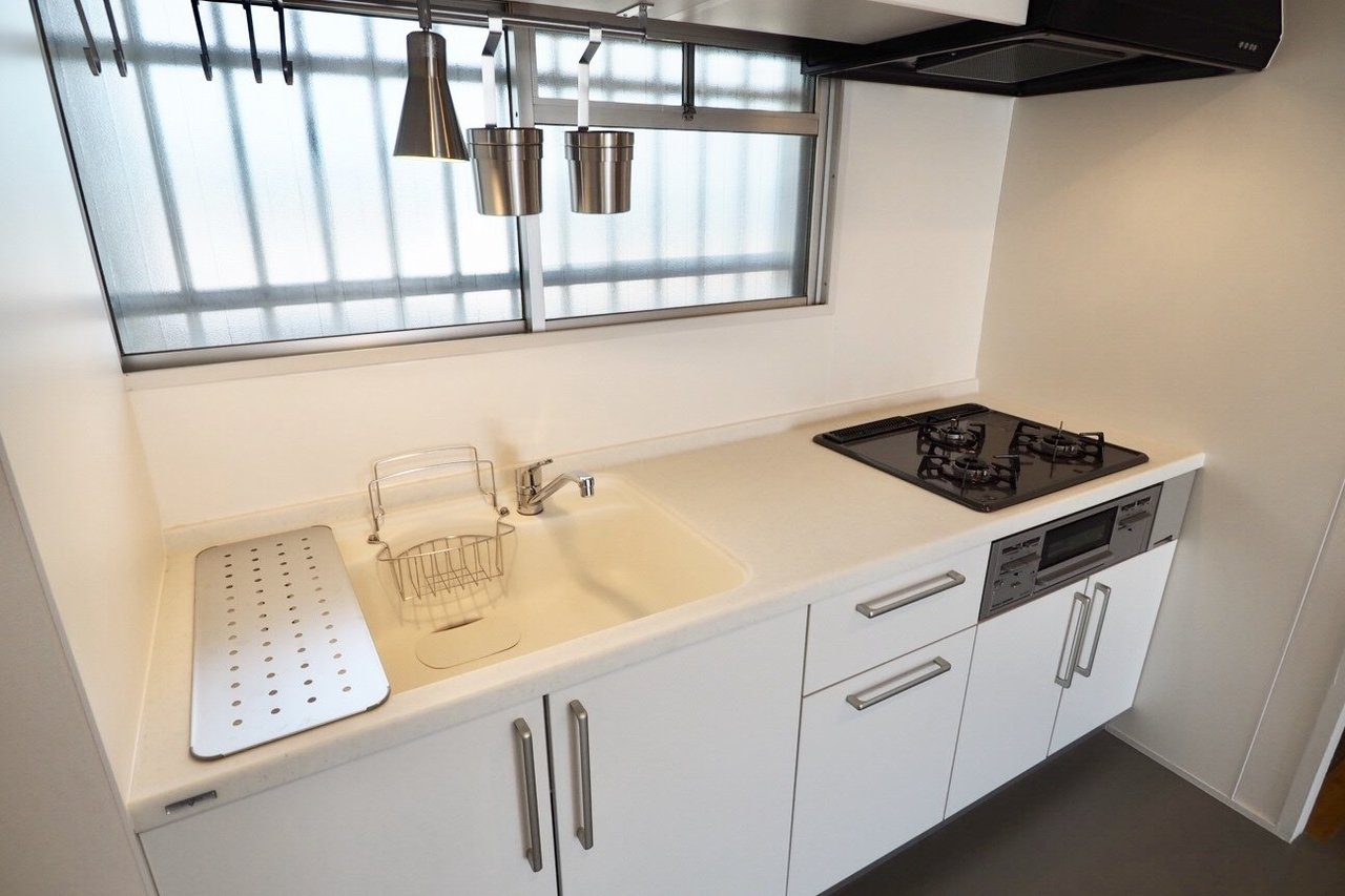 このシンプルな真っ白のキッチンも、人気が高いんですよ。
