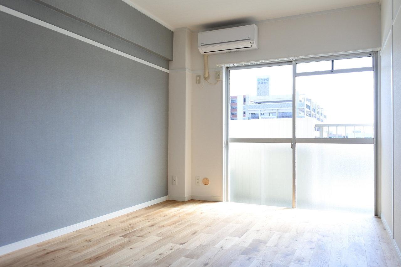 寝室の壁は、大人っぽくて落ち着くグレー。床も全てのお部屋で無垢フローリングを使った、グッドルーム自慢のリノベーションのお部屋です。