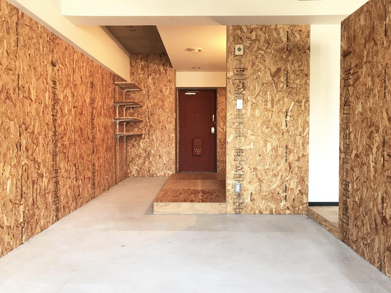 壁の向こう側、LDK部分は、思い切ってコンクリ土間空間に。革張りのソファとかをどーんと置くと絶対似合います。